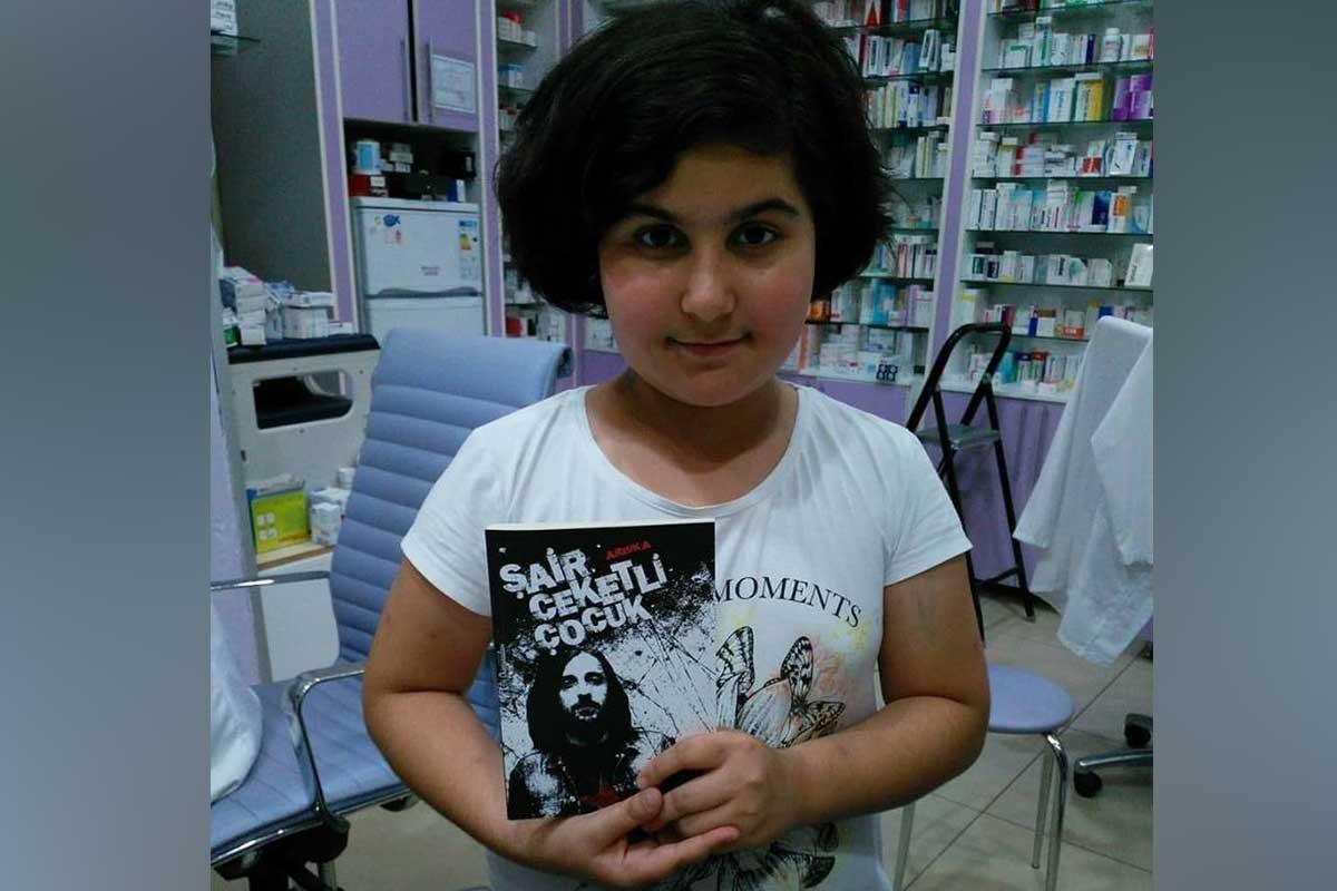Rabia Naz Vatan, elinde tuttuğu Kazım Koyuncu için yazılmış 'Şair Ceketli Çocuk' adlı kitabı gösterirken çekilmiş bir fotoğraf