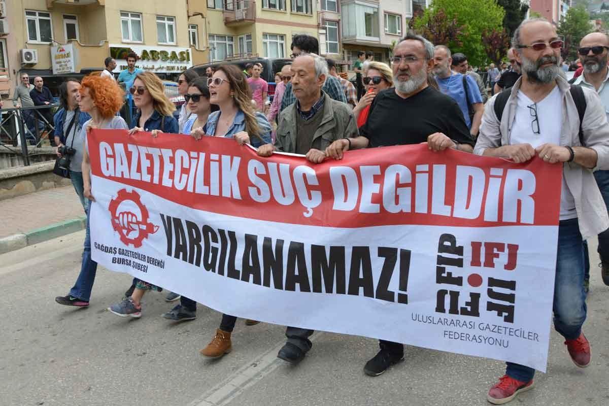 Gazeteciler Zeynep Kuray, İrfan Tunççelik ve Canan Coşkun'a gözaltı