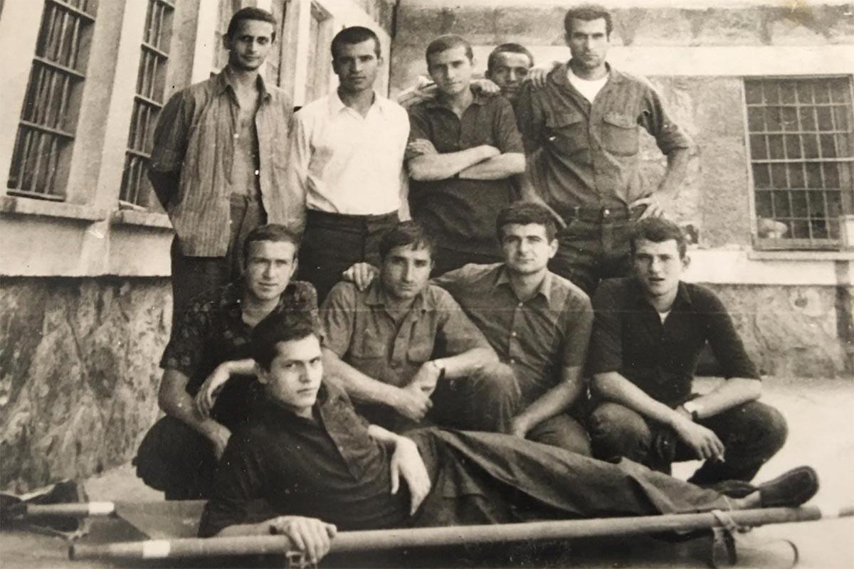Ayaktakiler (Soldan sağa): Kor Koçalak, Hüseyin İnan, Recep Sakın, Mustafa Çubuk, Deniz Gezmiş. Oturanlar (Soldan sağa) Mete Ertekin, Yusuf Arslan, Ercan Öztürk, Semih Orcan ve sedyede Mustafa Yalçıner | Mamak Cezaevi 1971 - Mustafa Yalçıner'in arşivinden alınmıştır.