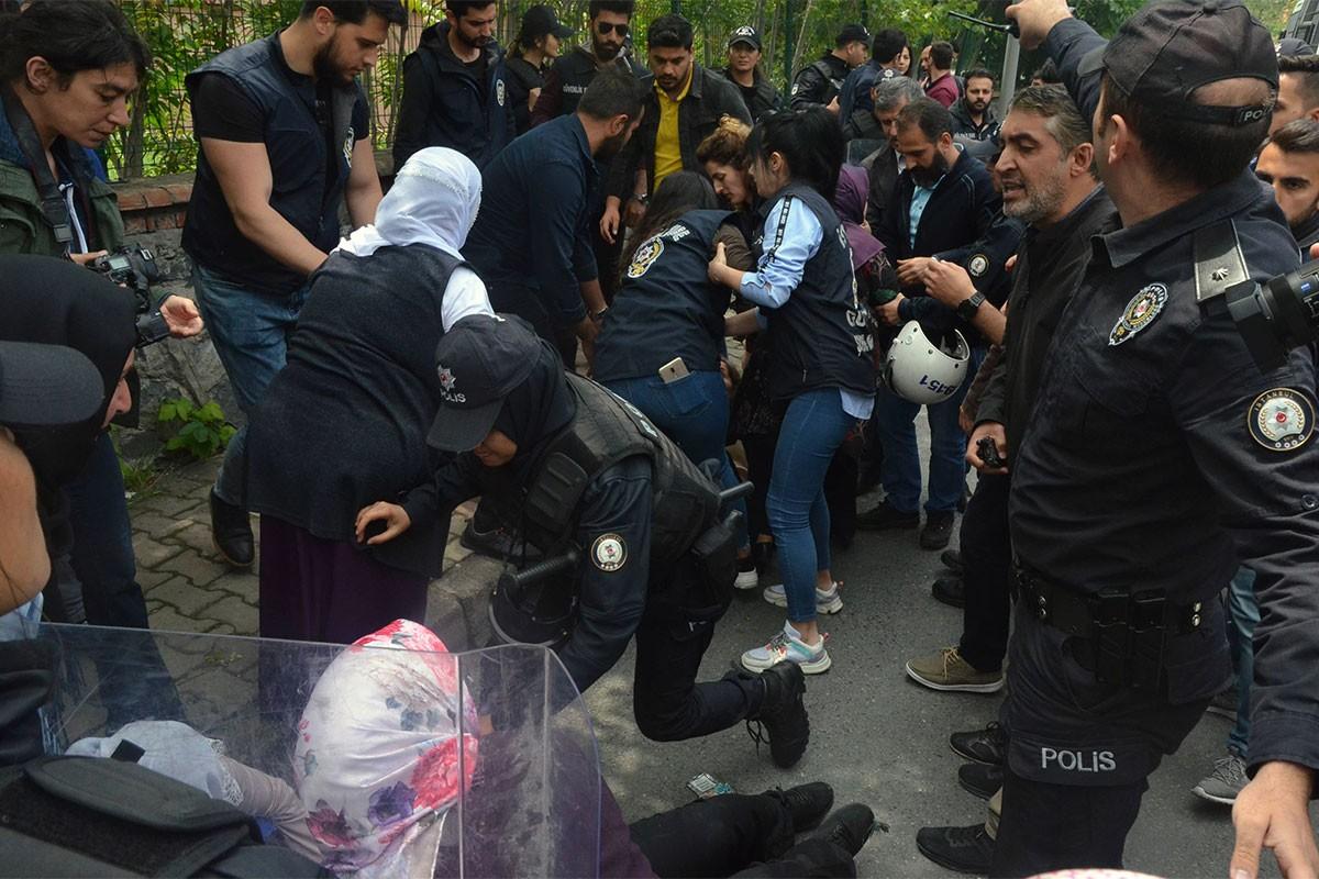 Bakırköy'de mahpus aileleri ve avukatlar darbedilerek gözaltına alındı