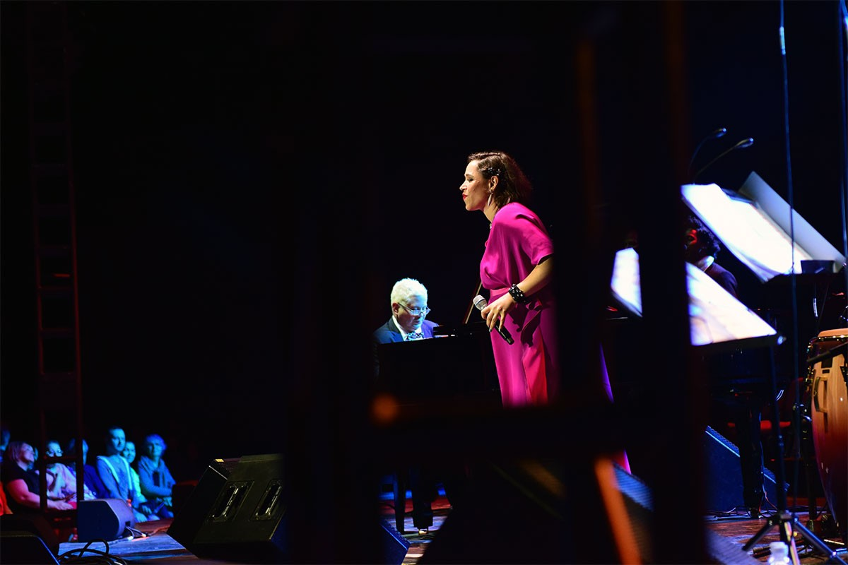 ABD'li müzik grubu Pink Martini Bursa'da konser verdi