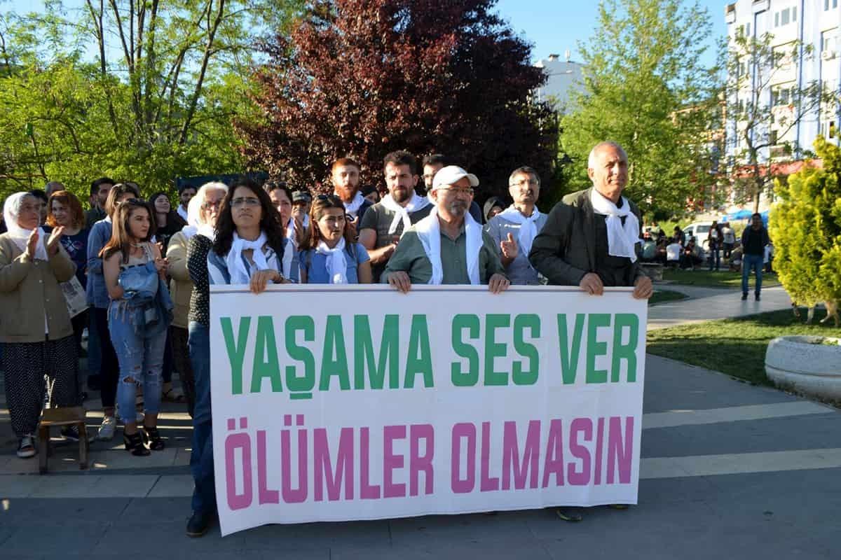 HDP Dersim İl Örgütü, açlık grevi ve ölüm oruçlarına dikkat çekmek için başlattığı oturma eylemini sürdürdü