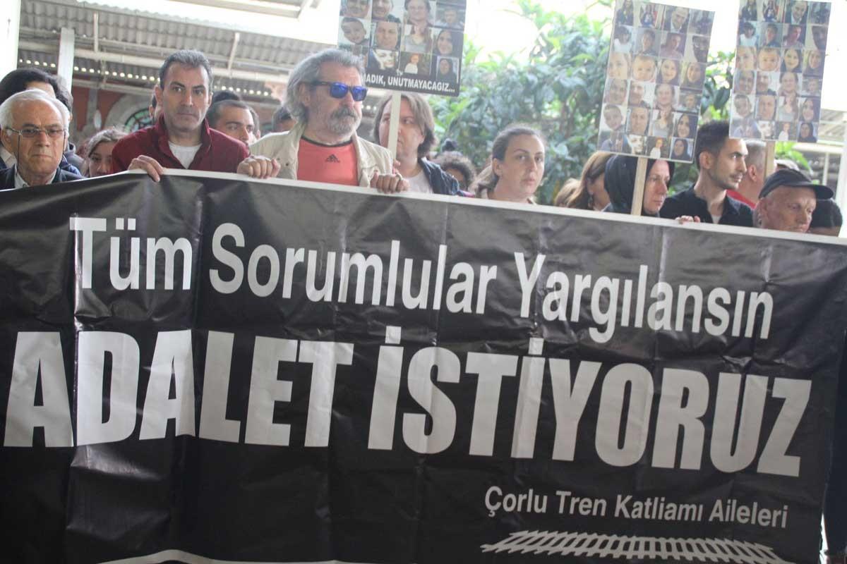 Sirkeci Garı'nda, Çorlu'da hayatını kaybedenler için adalet nöbeti