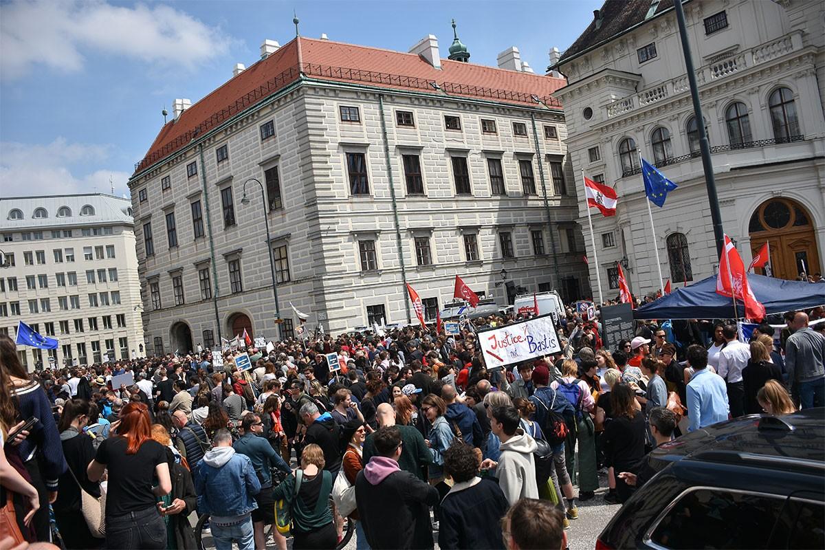 Avusturya'nın başkenti Viyana'da binlerce kişi, koalisyon hükümetinin istifası için Başbakanlık önünde eylem düzenledi.