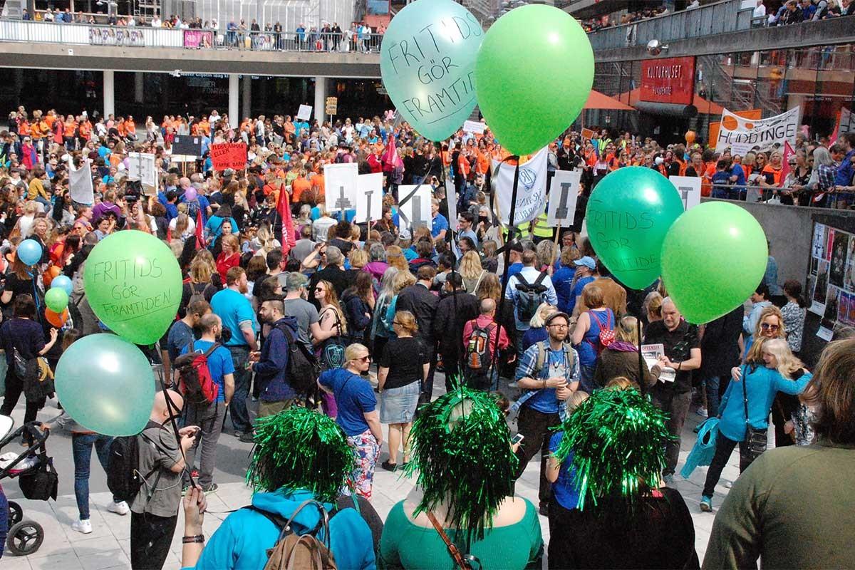 İsveç'te binlerce öğretmen kesintilere karşı sokaklara çıktı