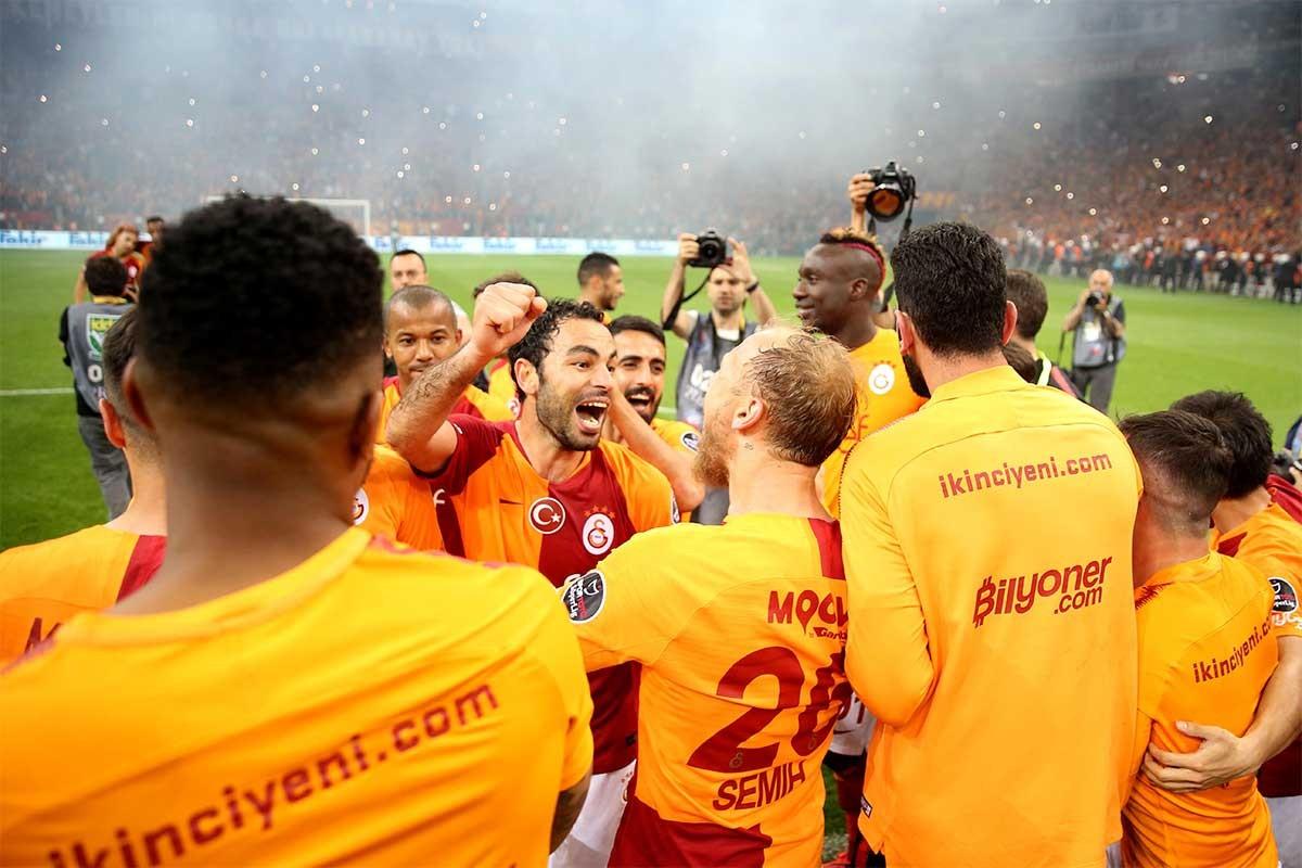 Maç bitiminde Galatasaraylı futbolcular şampiyonluğu kutladılar.