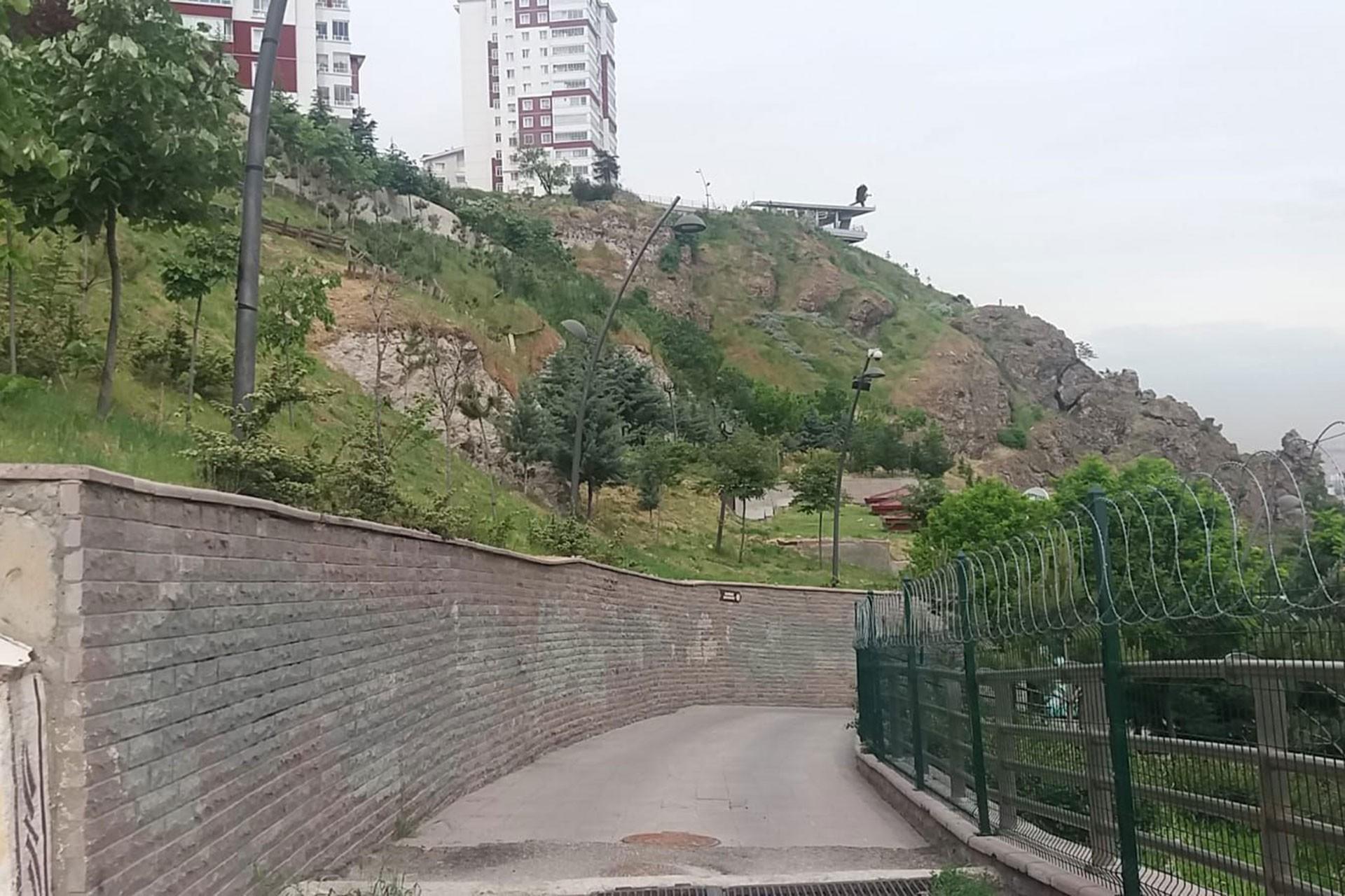 Mamak Belediyesine ait Kartaltepe Kent Parkı'nın güvenli olmadığını söyleyen yurttaşlar, belediye yetkilerine tepkili.