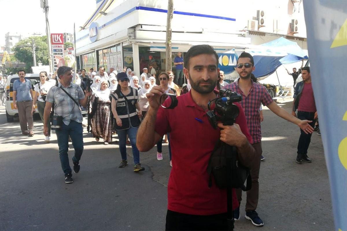 Açlık grevi eylemini takip eden MA muhabirinin kamerası polislerce kırıldı.