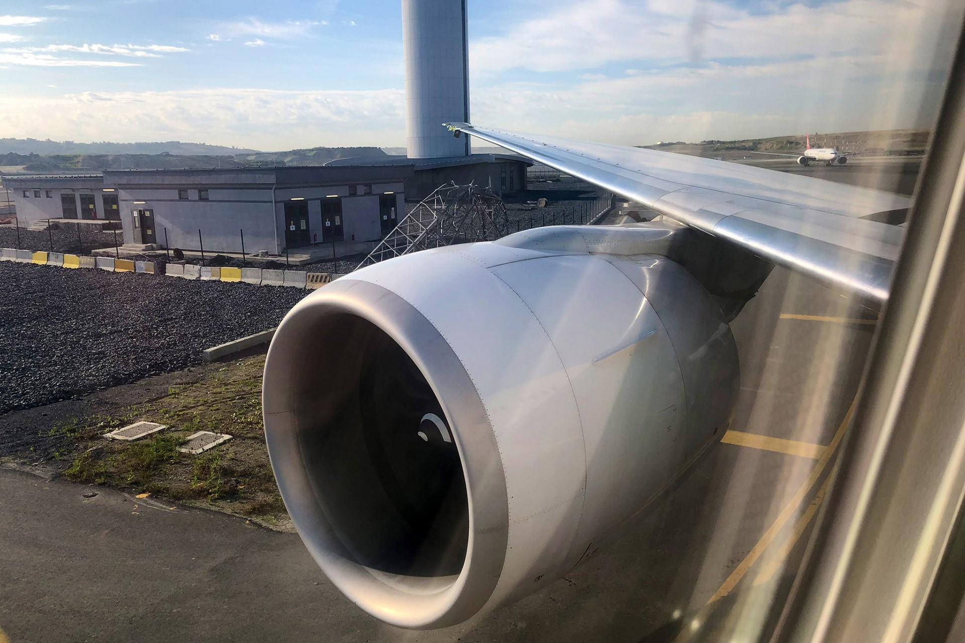 İstanbul - Ankara uçuşunu yapmakta olan uçağın sağ kanadı, pist kenarındaki bir kuleye çarptı.