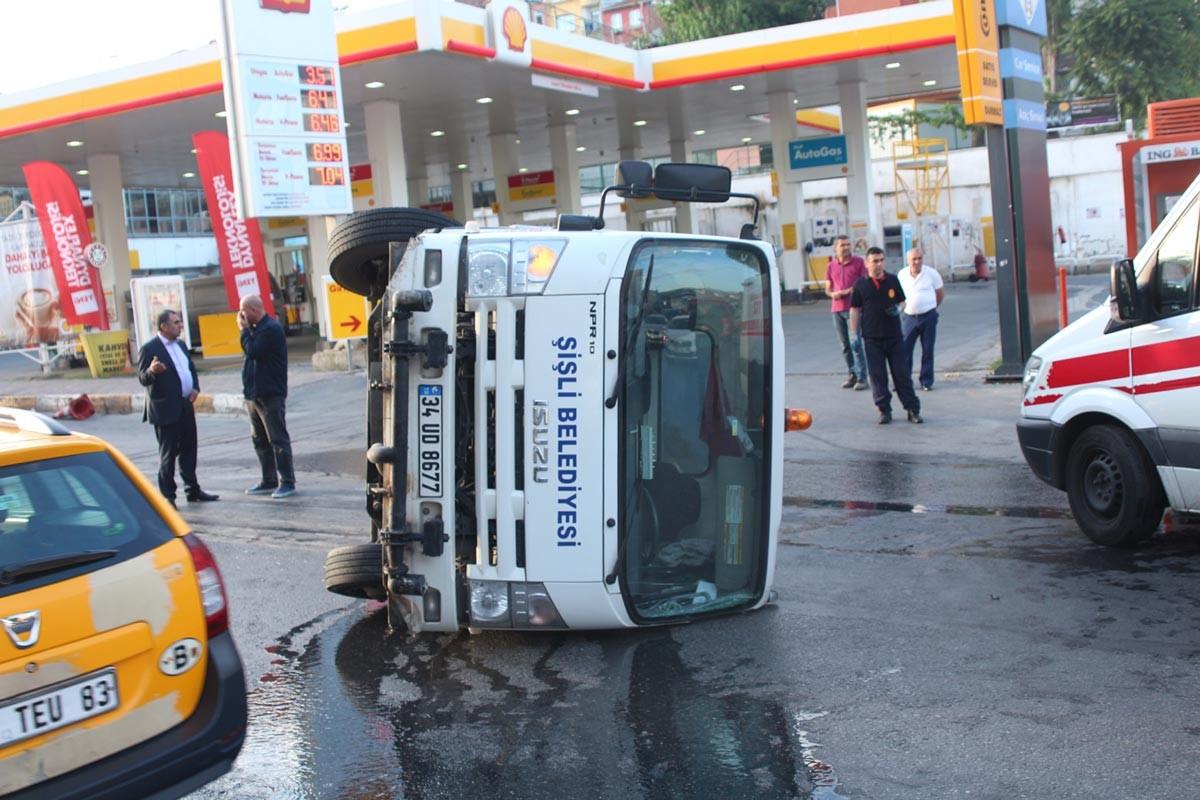 Beyoğlu'da temizlik kamyonu devrildi: 2 işçi yaralandı