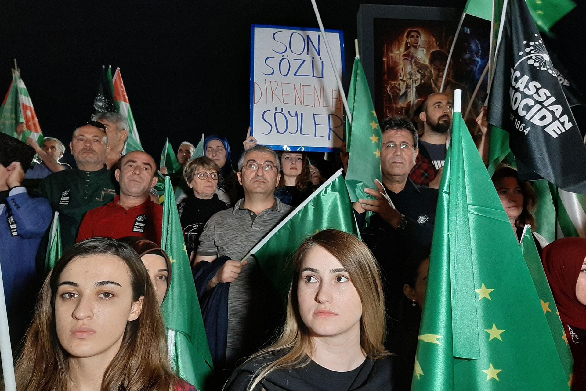 İstanbul'daki Çerkes Soykırımı anmasında dövizlere, soykırımın tüm ülkeler tarafından tanınması talebi yansıdı.