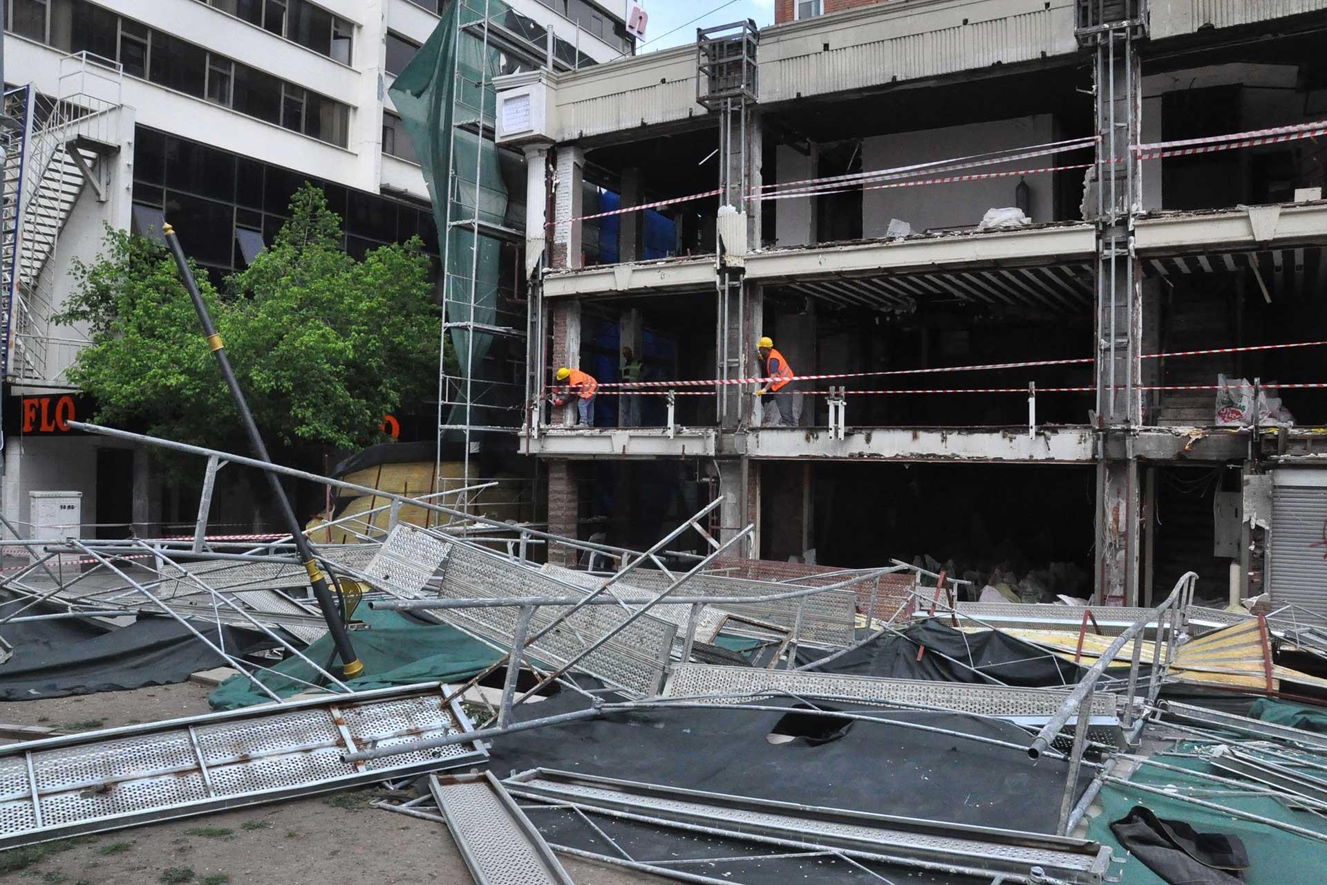 Kızılay'da inşaat iskelesi çöktü: Yoldan geçen 2 kişi yaralandı