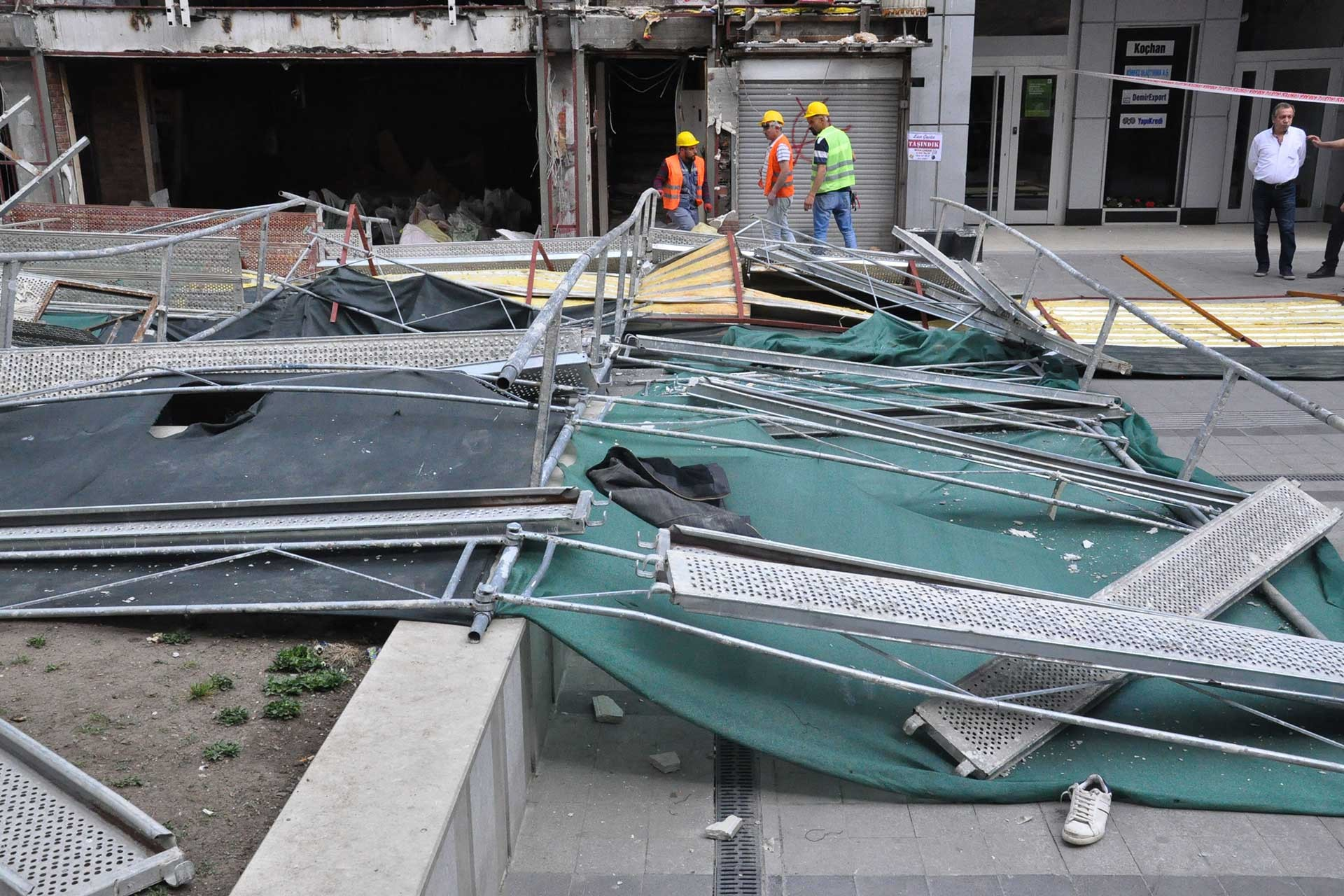 Kızılay'da bir binaya ait inşaat iskelesi çöktü.