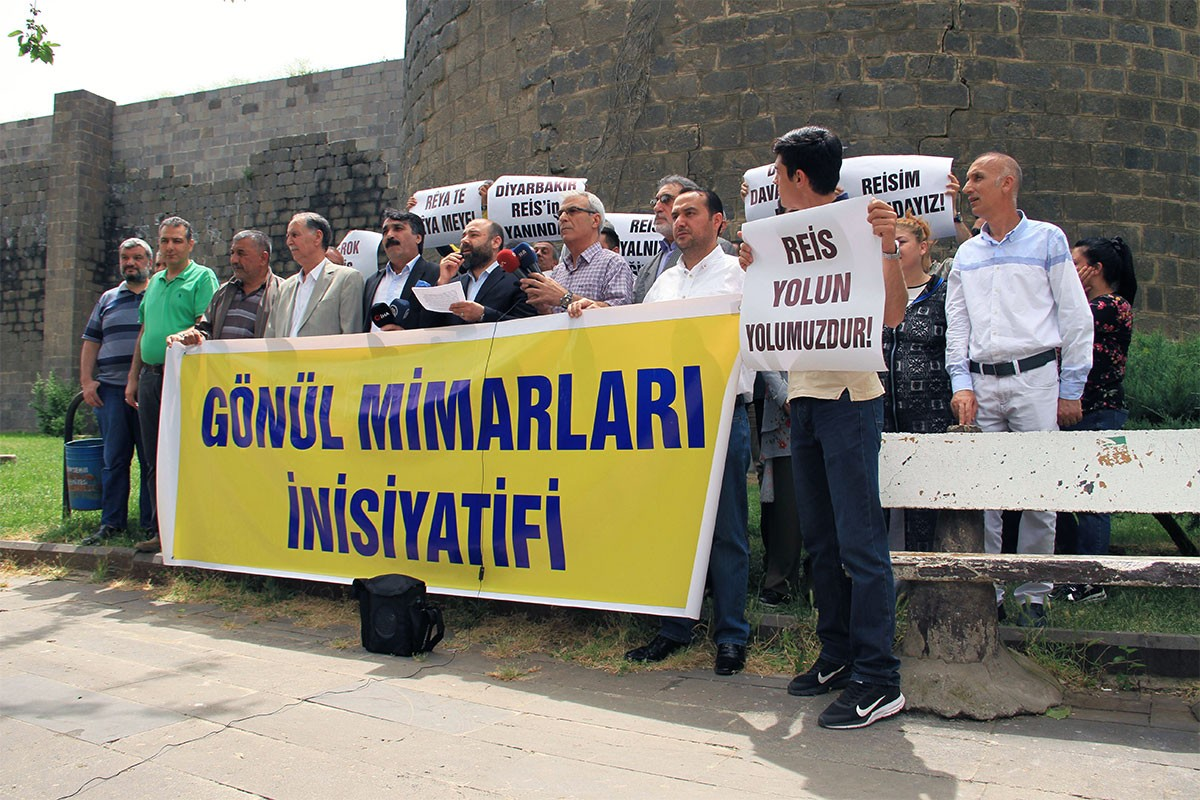 AKP'lilerden Ahmet Davutoğlu'ya vefasızlık suçlaması