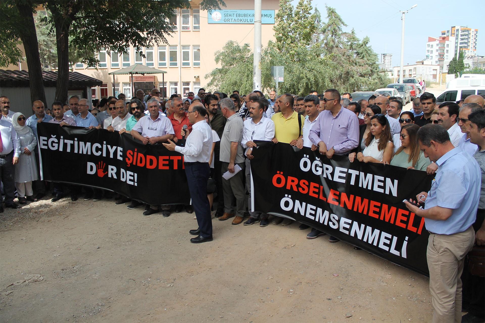 Adana'da sendikalardan şiddete uğrayan öğretmenle ilgili ortak tepki