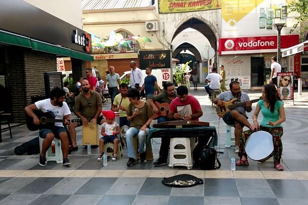 Sokak müzisyenlerinden polis ve zabıta engellemesine tepki