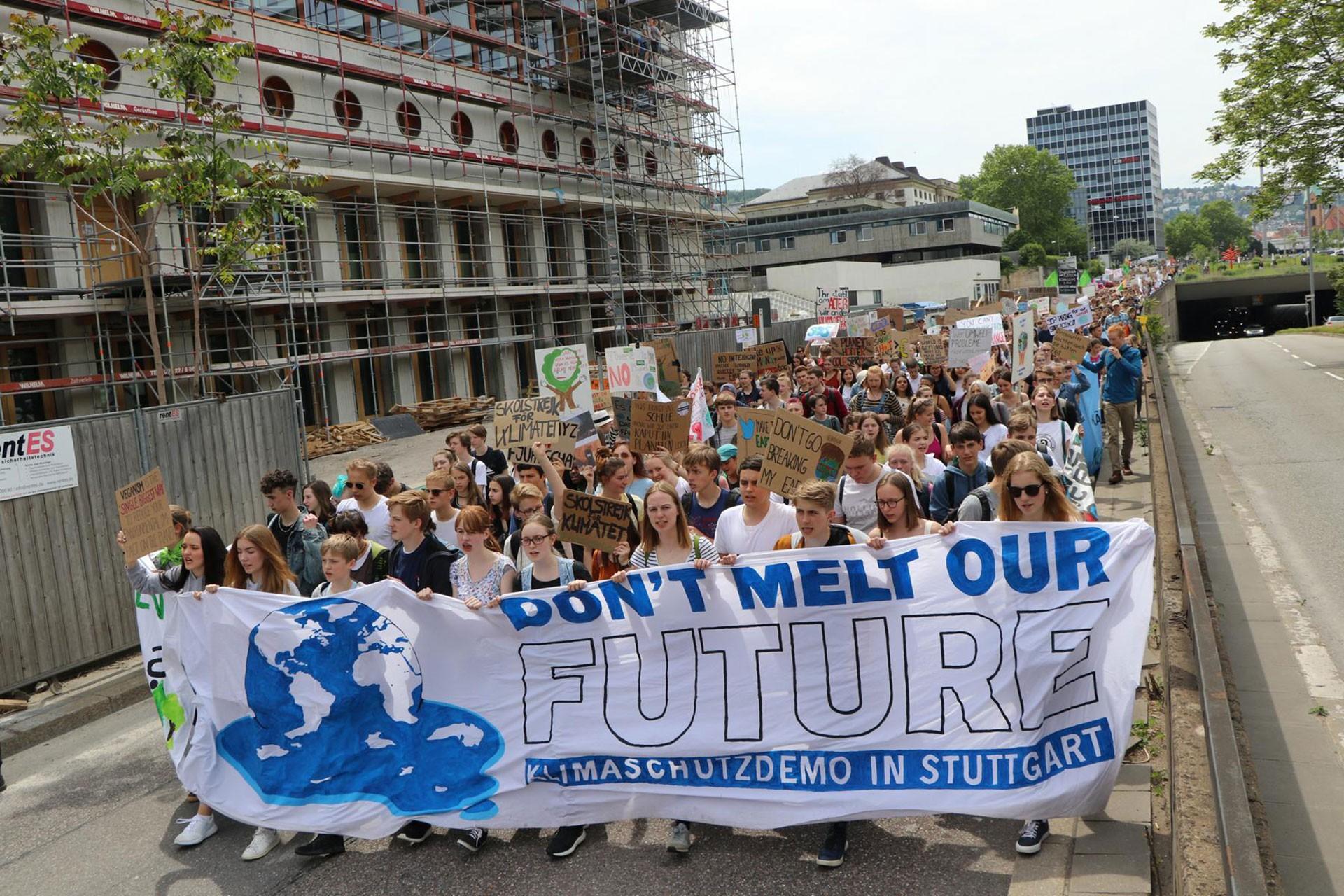 Stuttgart şehir merkezinde binlerce kişi iklim politikalarını protesto etti.