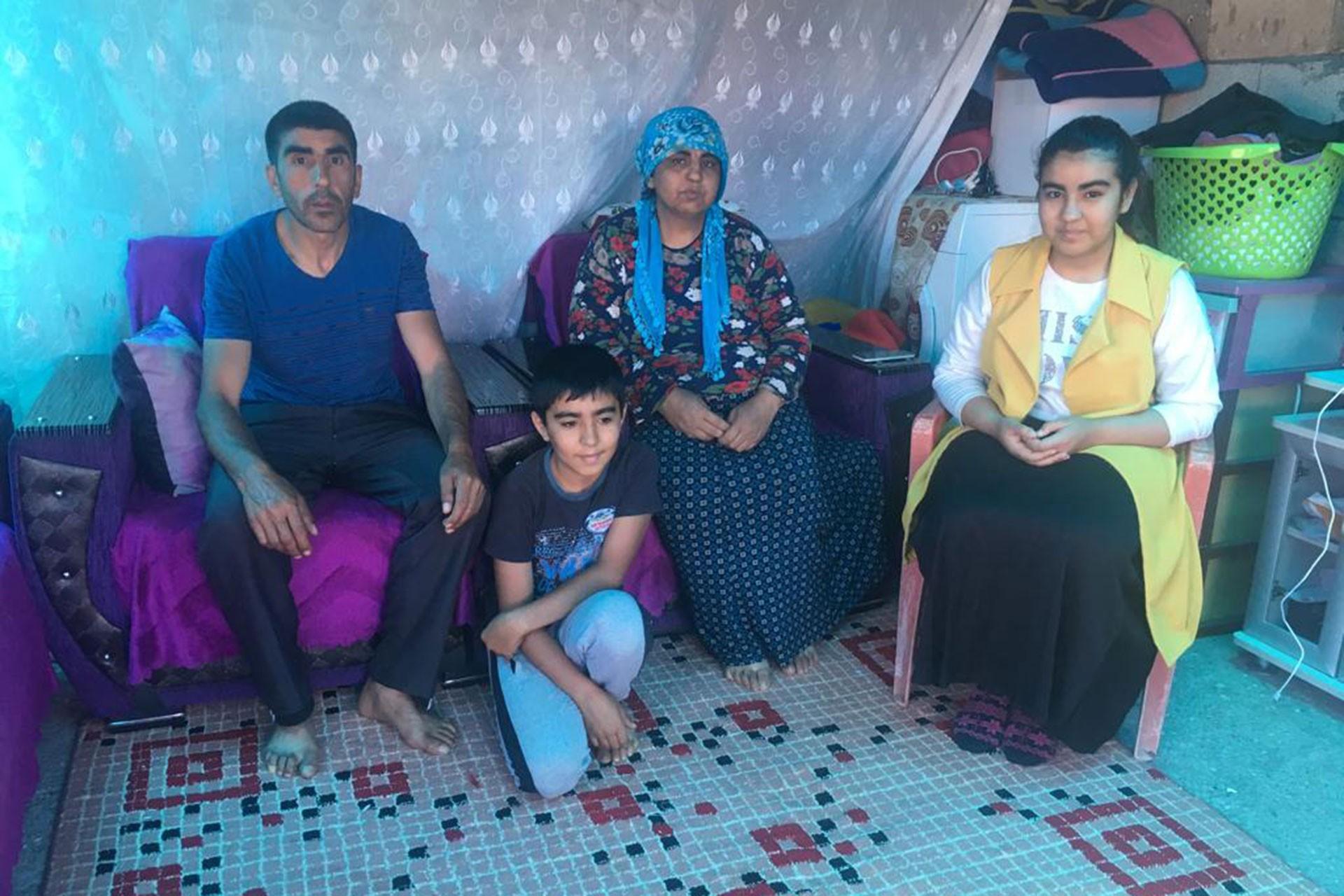 Özbek ailesi briketten yapılmış, üzeri çadır beziyle kapatılan tek odalı evde yaşam mücadelesi veriyor