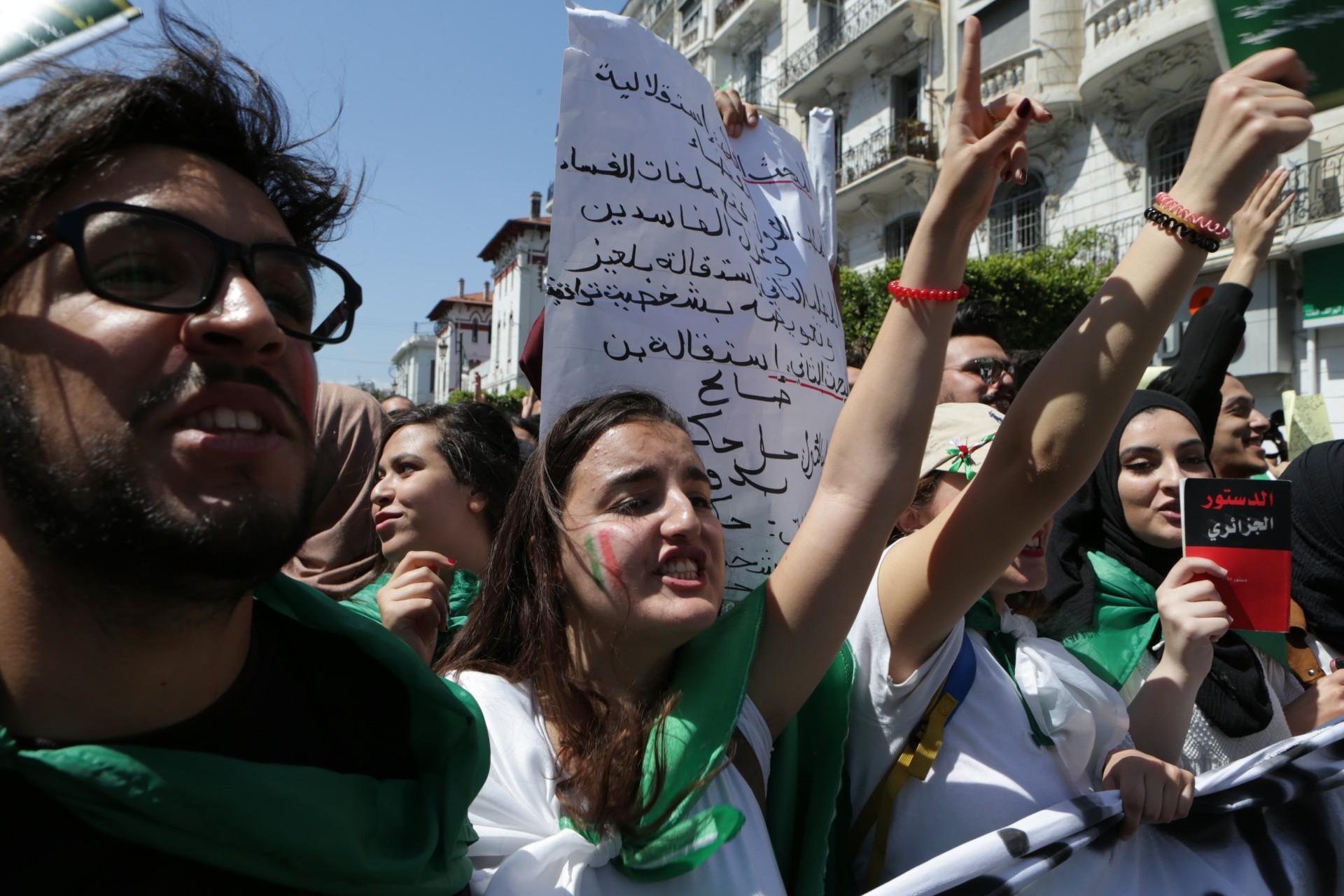 Cezayir Genelkurmay Başkanı eylem yapan halkı tehdit etti