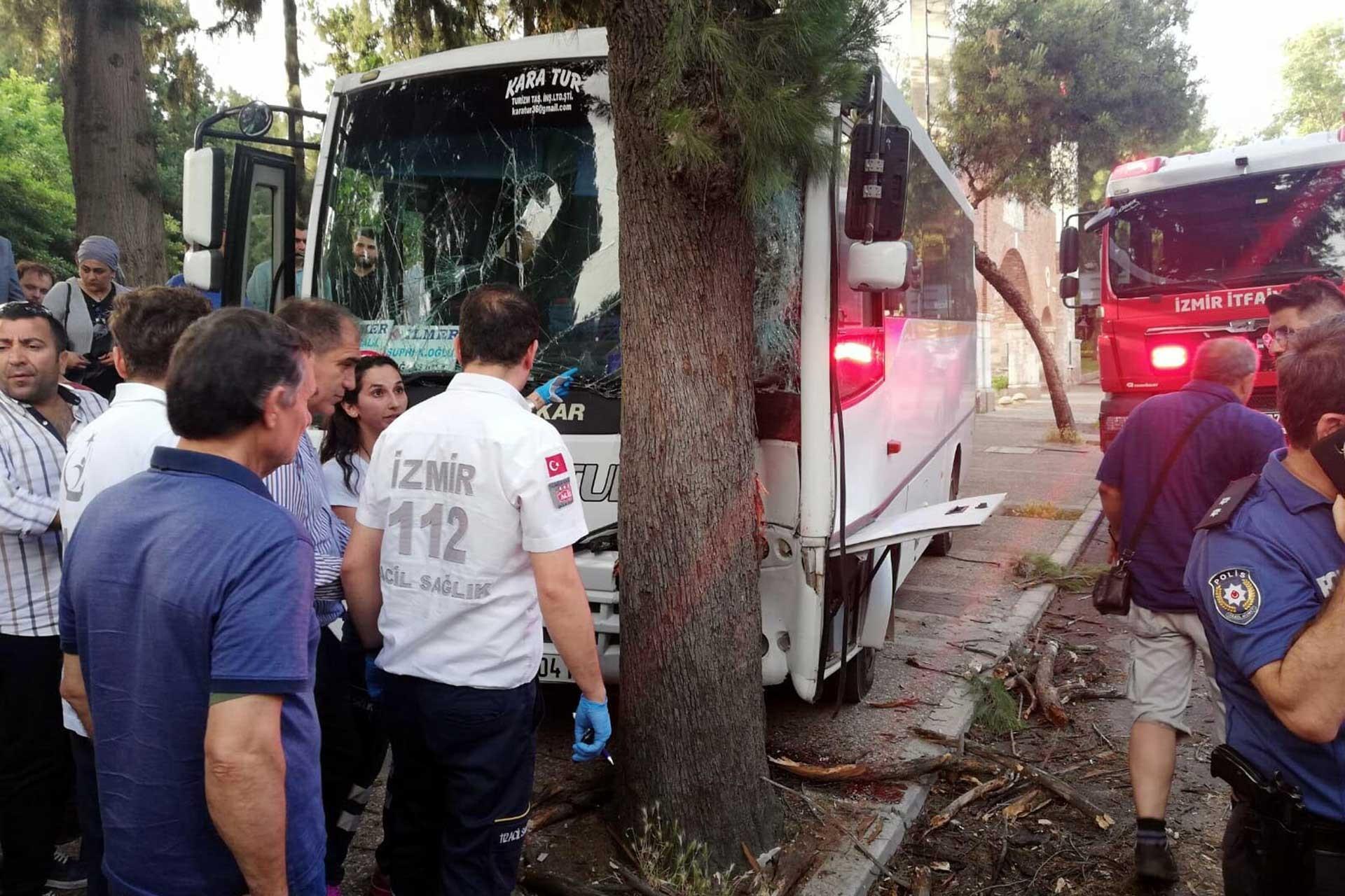 İzmir'de öğrencileri taşıyan midibüs kaza yaptı, 15'i öğrenci 17 kişi yaralandı
