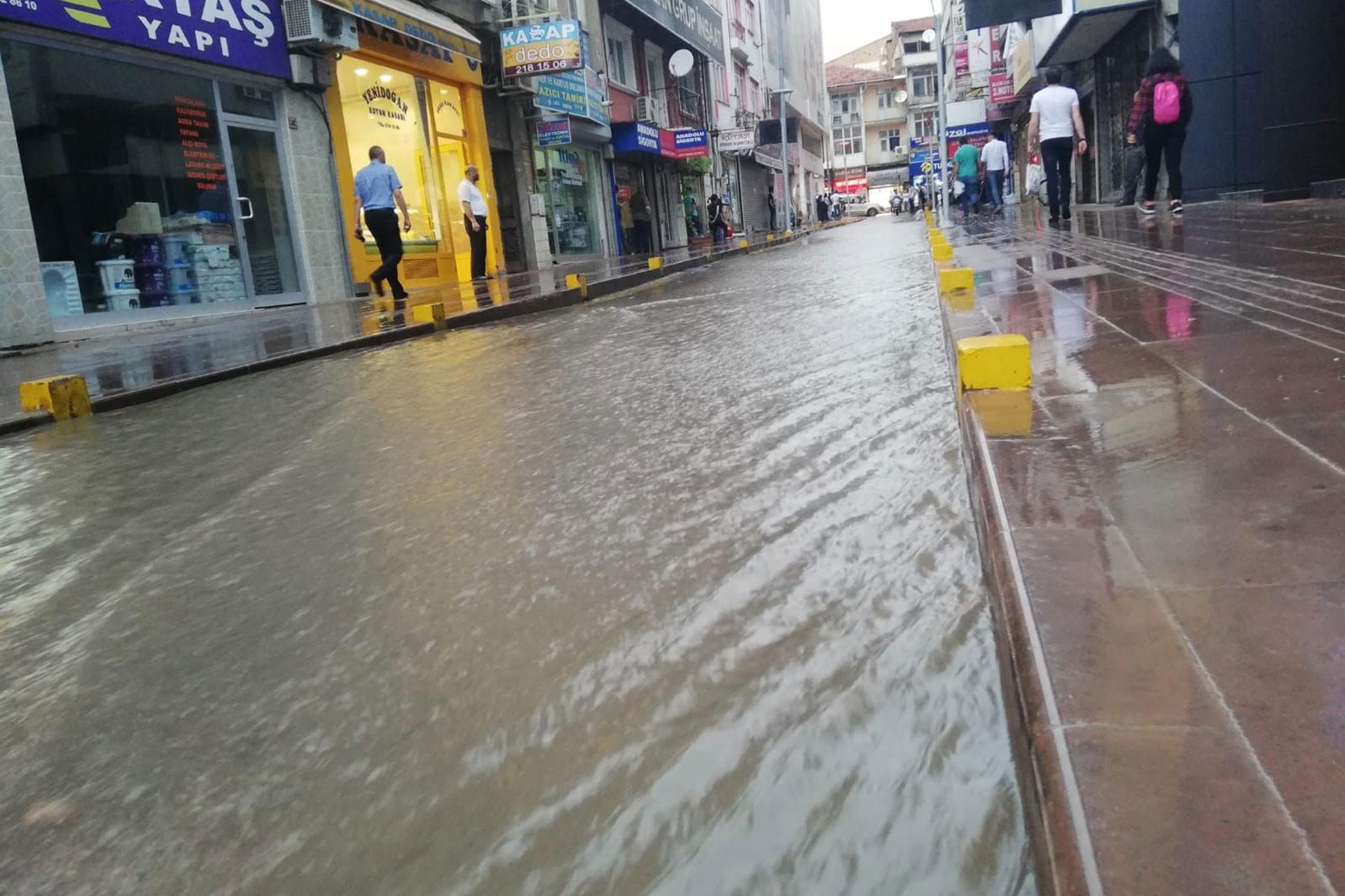 Kırıkkale'de yağmur caddeleri suyla doldurdu