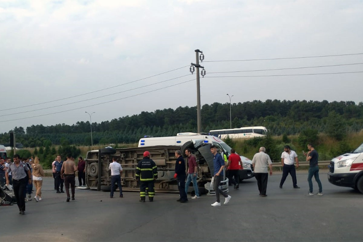 İşçileri taşıyan minibüs devrildi: 9 yaralı