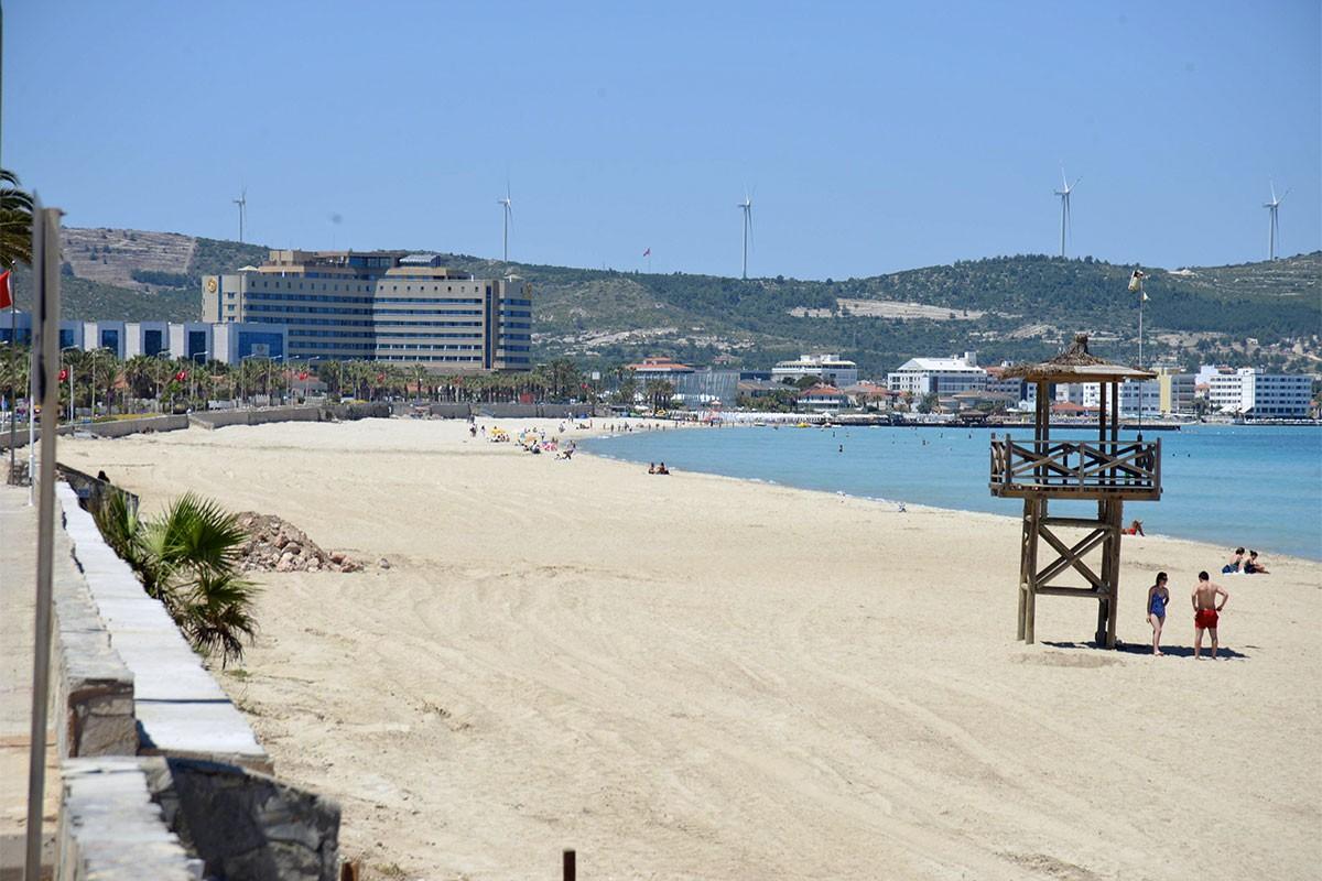 Çeşme Ilıca Plajı'nda ücretli şemsiye ve şezlonglar kaldırıldı