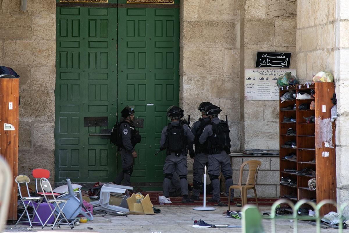 İsrail polisi ve İsrailli bir grup Mescid-i Aksa'ya baskın düzenledi. Baskın sırasında Filistinlilere ses bombası ve göz yaşartıcı gaz atıldı.