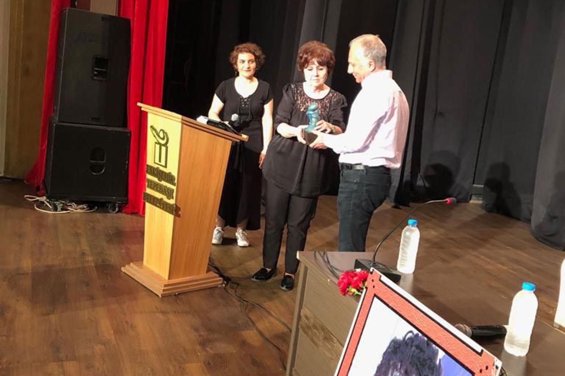 Gazeteci Ayşenur Arslan, Ali İsmail Korkmaz Yaşam Ödülleri Töreni'nde ödül aldı.