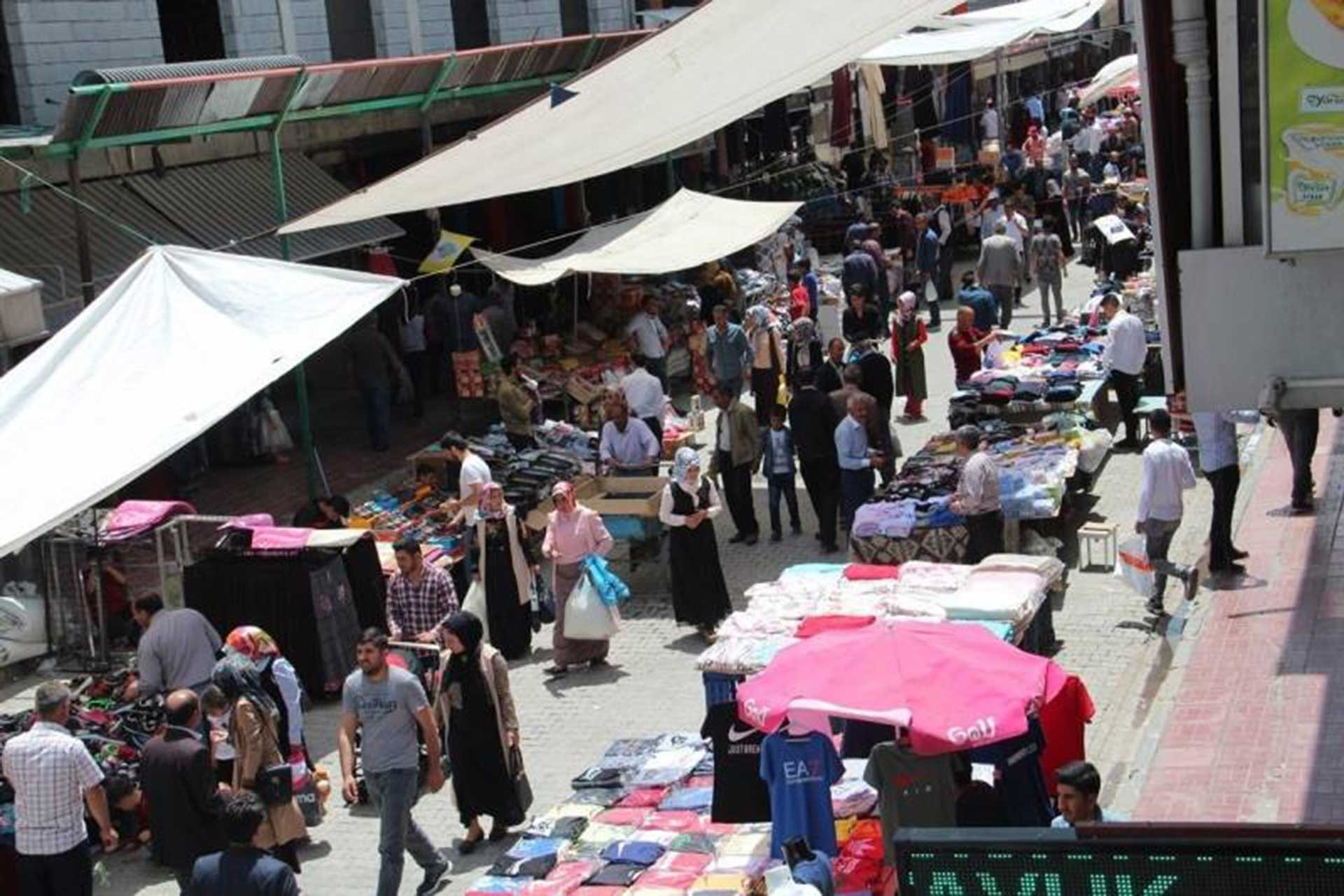 Van'da pazar alanları kalabalık ancak yurttaşlar hiçbir şey alamadığını söylüyor.