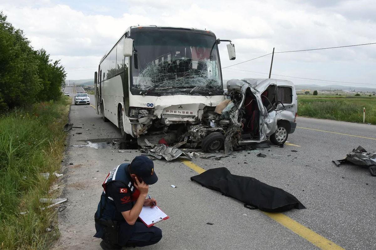 Hafif ticari araç, işçileri taşıyan otobüse çarptı: 1 ölü, 2 yaralı