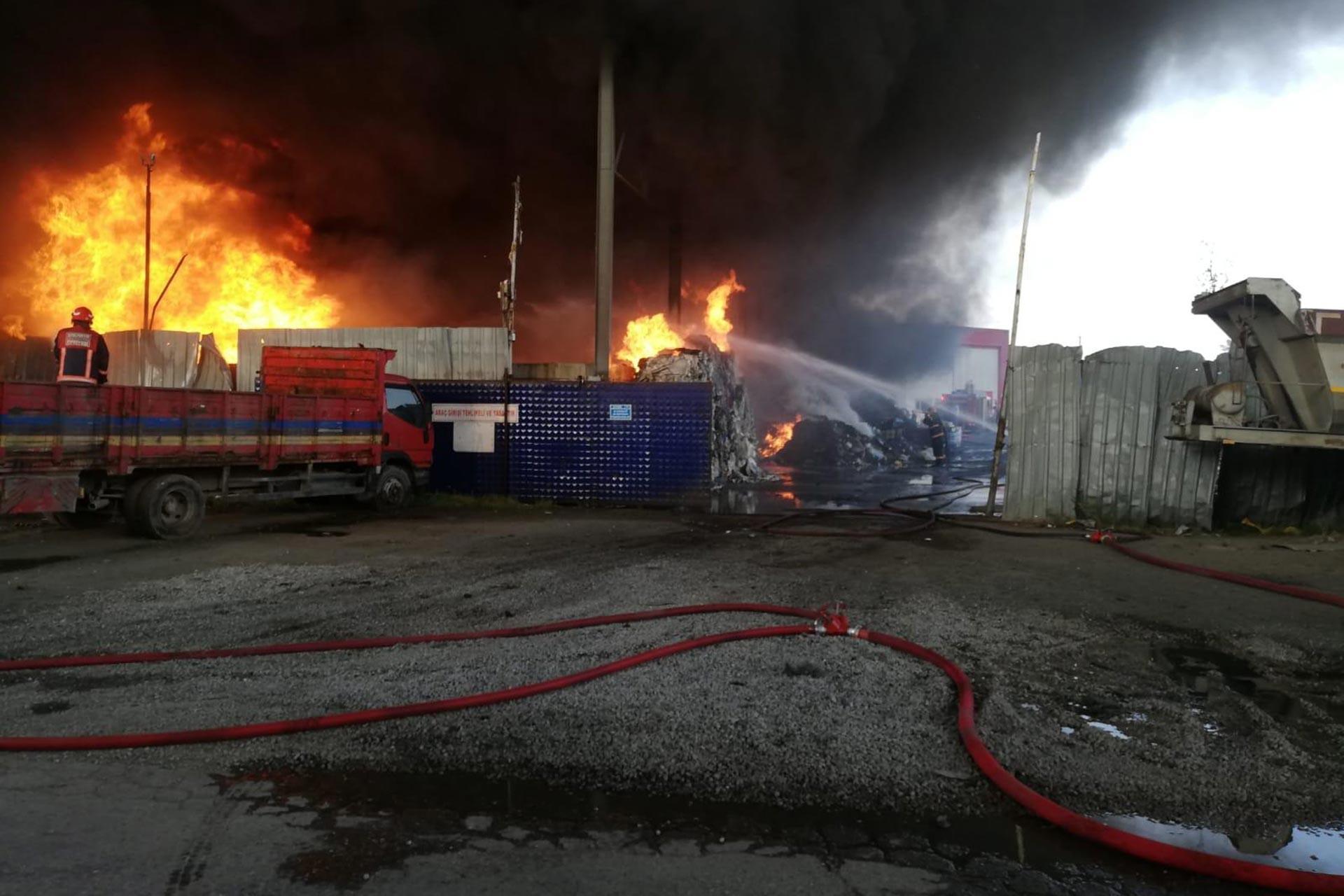 Sakarya'da geri dönüşüm tesisinde yangın çıktı