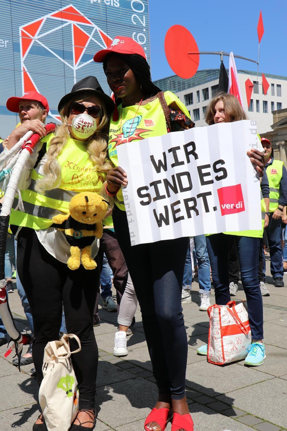 Almanya'da perakende sektöründe çalışan emekçilerin uyarı grevleri sürüyor