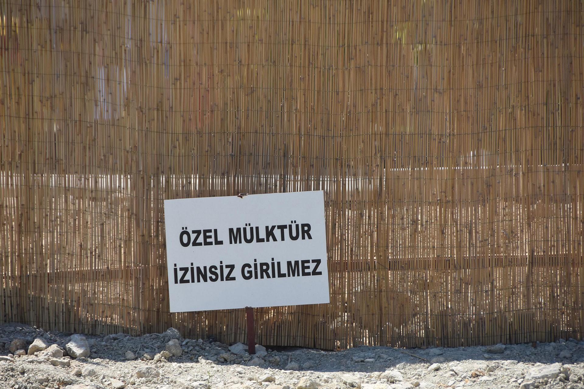 Çeşme Azmak Koyu'nda daha önce halkın ücretsiz olarak kullandığı plajın bir şirket tarafından kapatılarak ücretli hale getirilmesi protesto edildi.