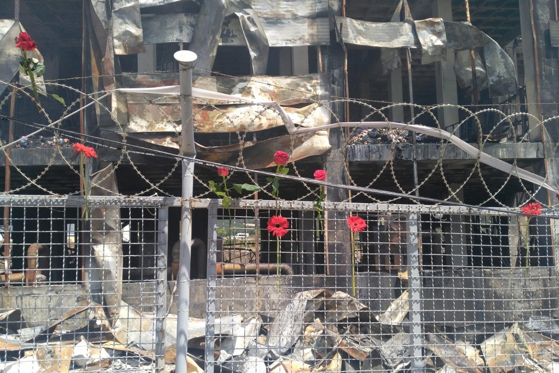 Akpınar Tekstil'de hayatını kaybeden işçiler için fabrika önüne karanfiller bırakıldı