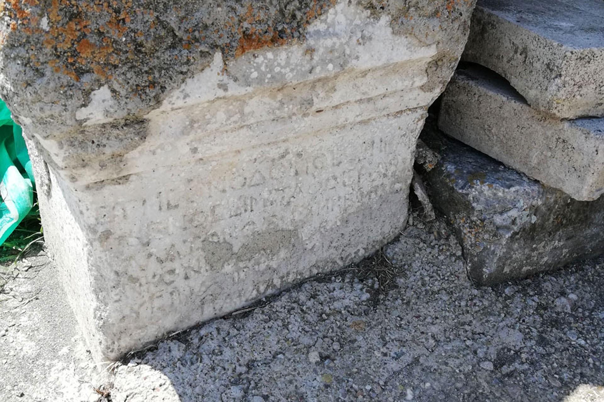 Cuma Cami'nde yer alan tarihi eserler talan ediliyor