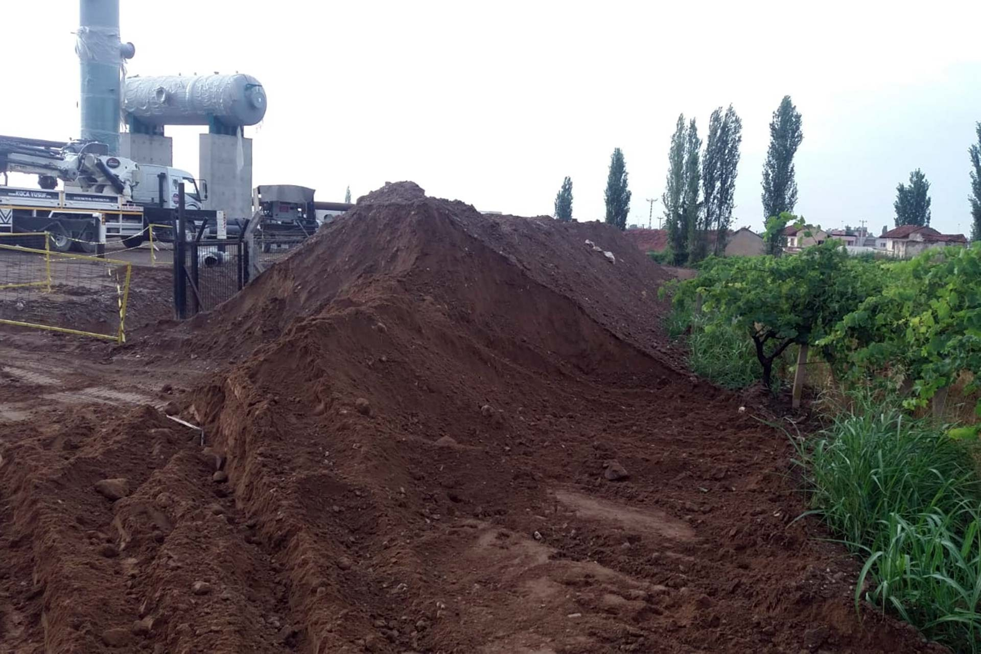 Salihli'de JES'çi şirket çiftçilerin tarla yolunu kapattı
