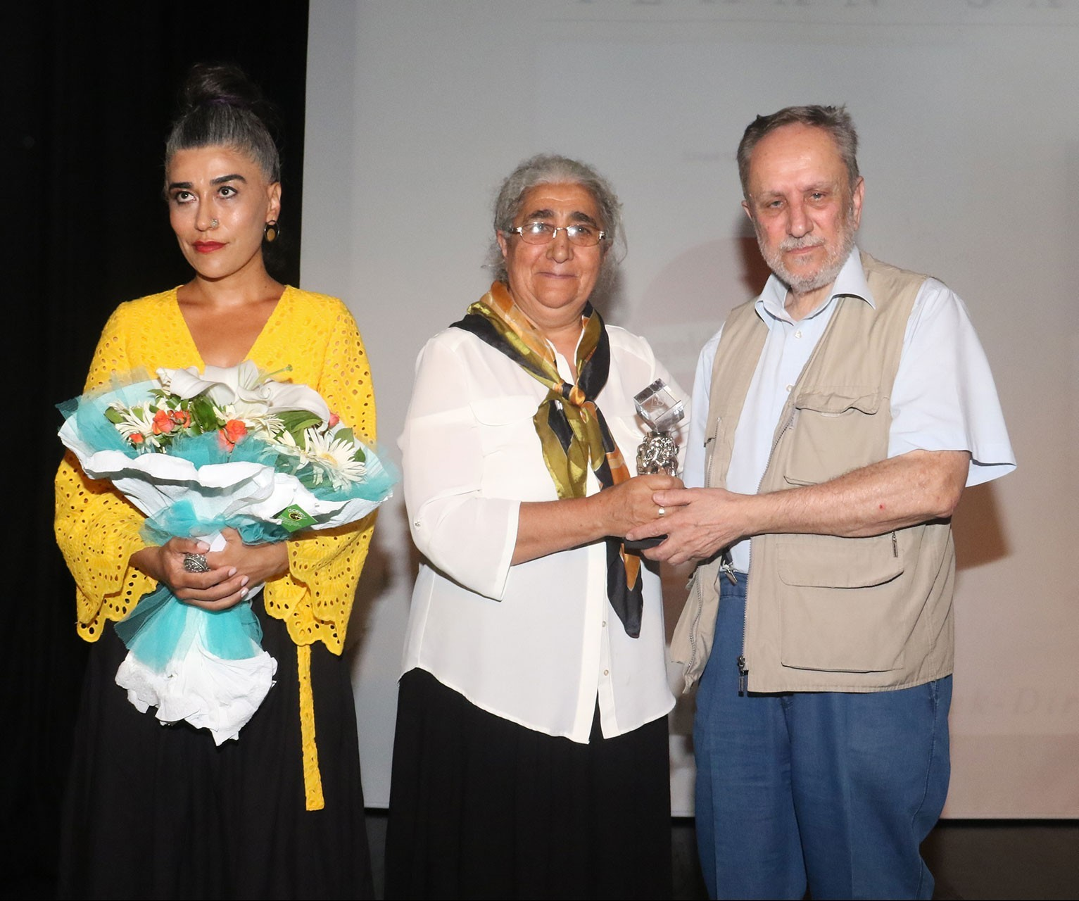 Sennur Sezer Ödüllerinde şiir dalında birinci olan İlhan Sami Çomak'ın kardeşi Suna Çomak ve annesi Zeytun Çomak aldı