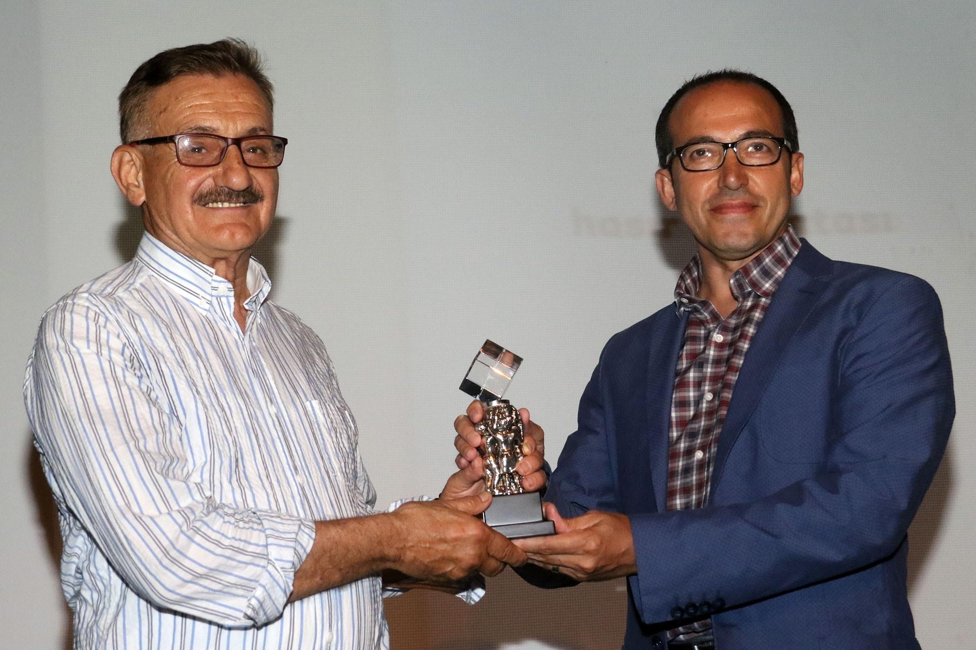 Sennur Sezer Ödüllerinde Öykü dalında birinciliğe layık görülen Hüseyin Peker