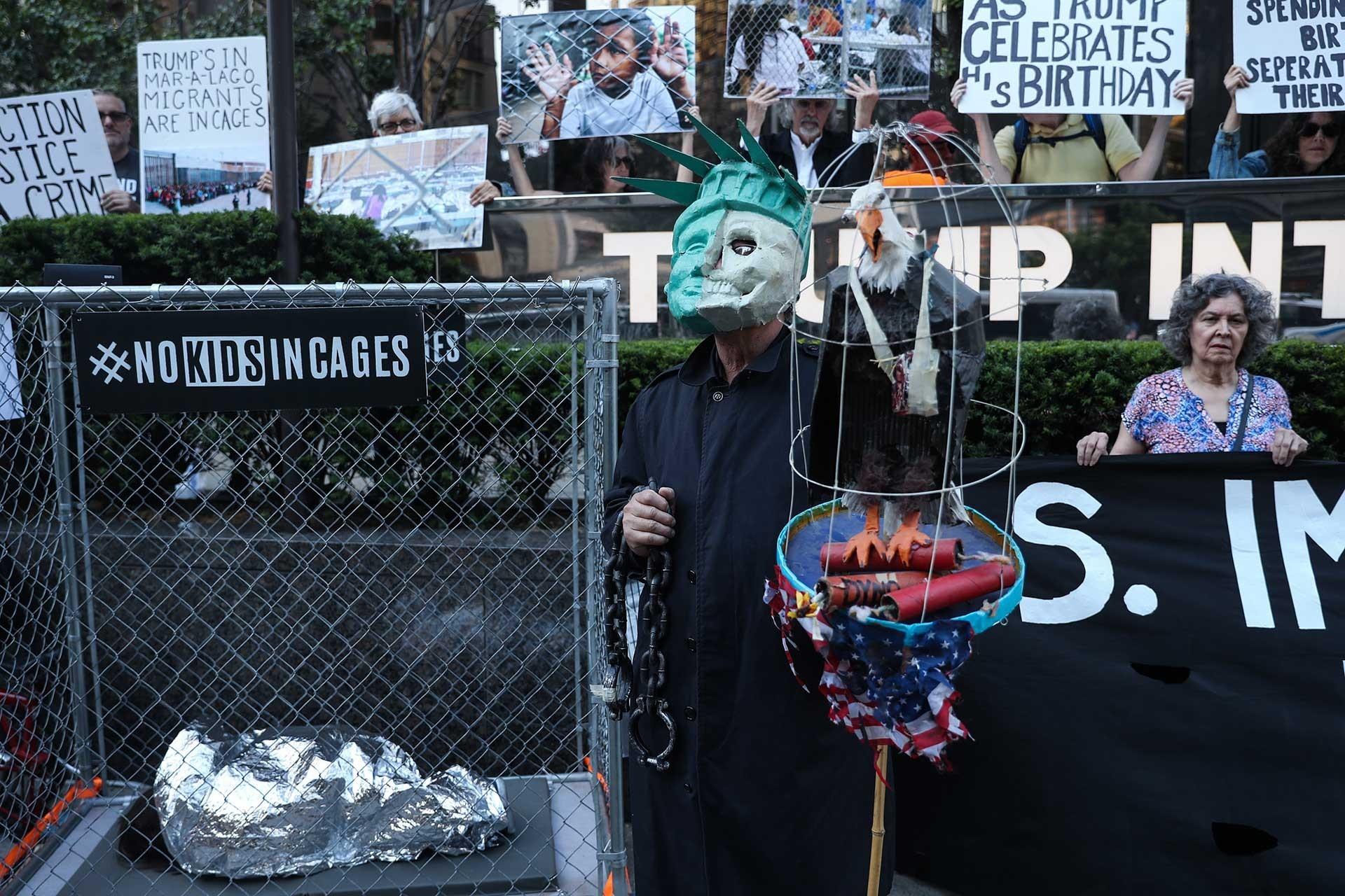 Trump'ın göçmen politikası New York'ta protesto edildi: 'Kafeslere Hayır'