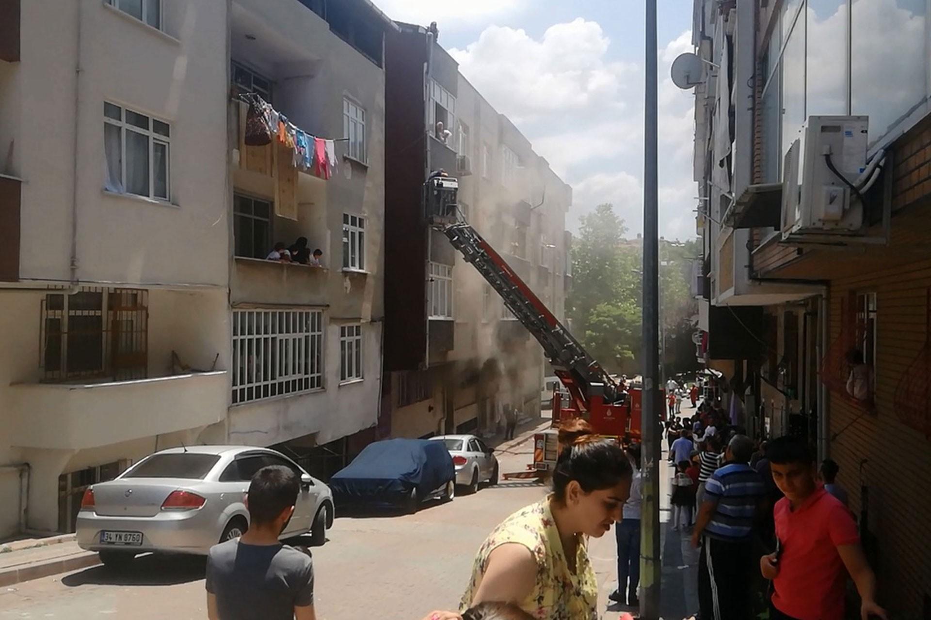 Sultangazi'de yangın: 2'si çocuk 4 kişi yaralandı