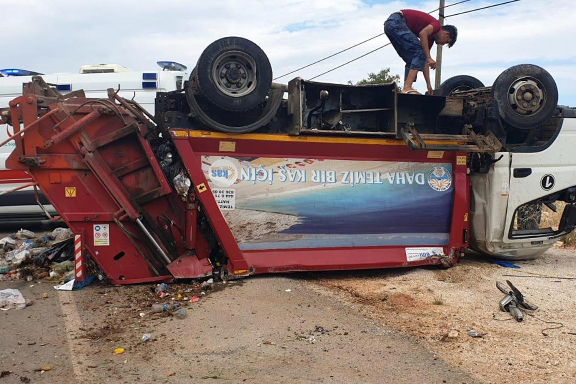 Antalya Kaş'ta çöp kamyonu devrildi, 3 işçi yaralandı