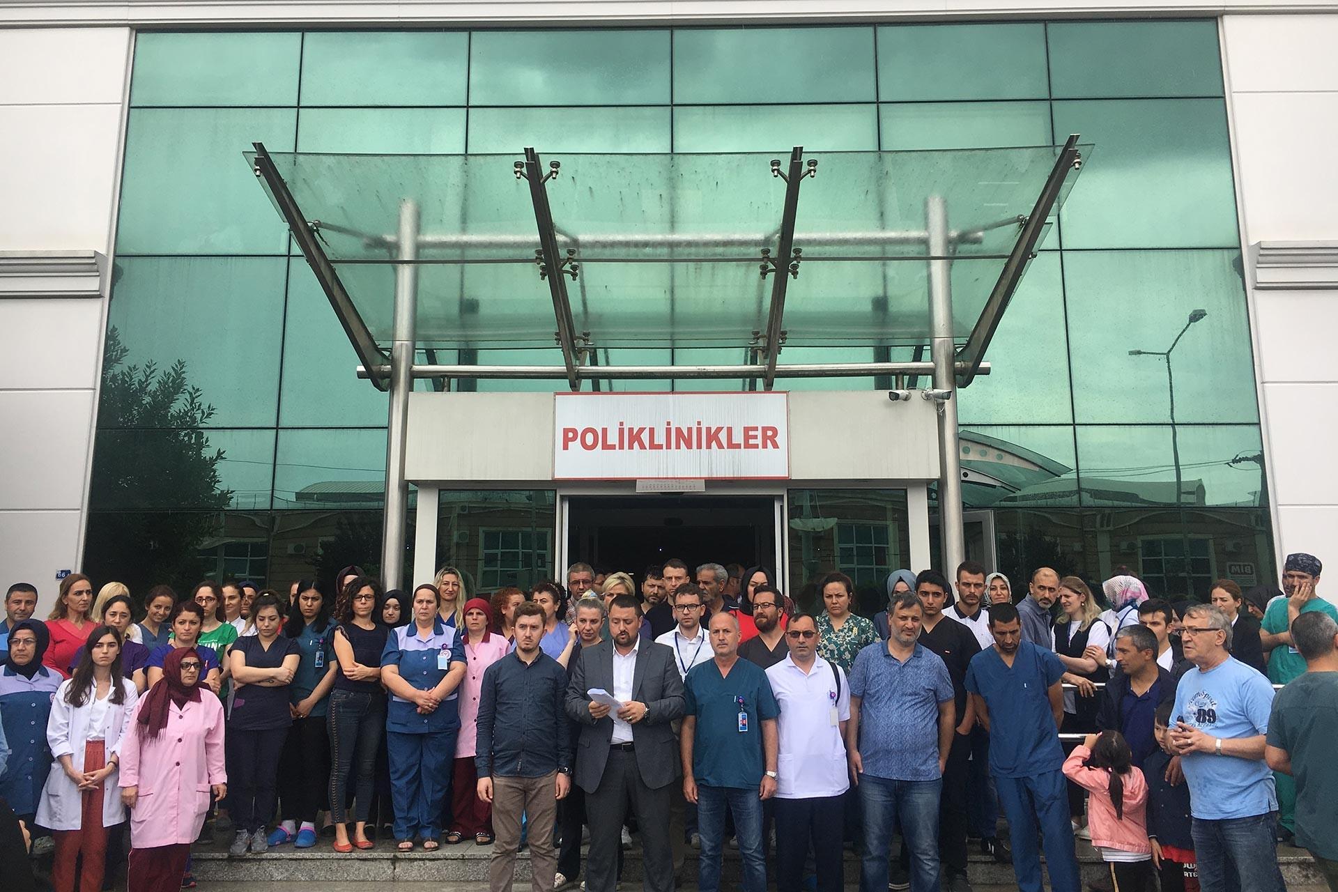 Sakarya'da sağlık çalışanlarına yapılan saldırının ardından Türk Sağlık-Sen hastane önünde açıklama yaptı