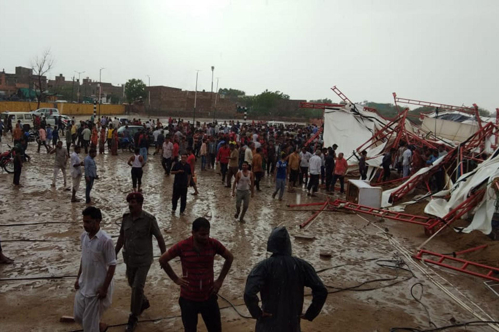 Hindistan'da pazar çadırı çöktü: 14 ölü