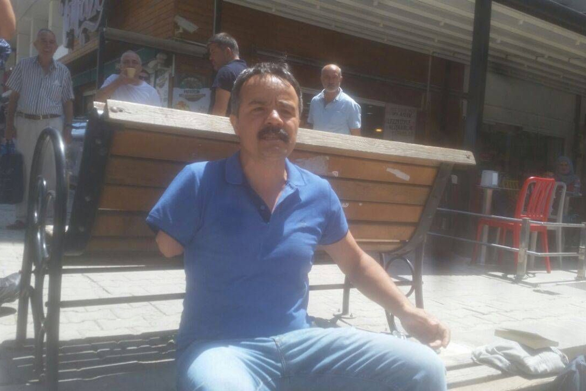 Veli Saçılık, protesto için banka oturdu, gözaltına alını para cezası verildi