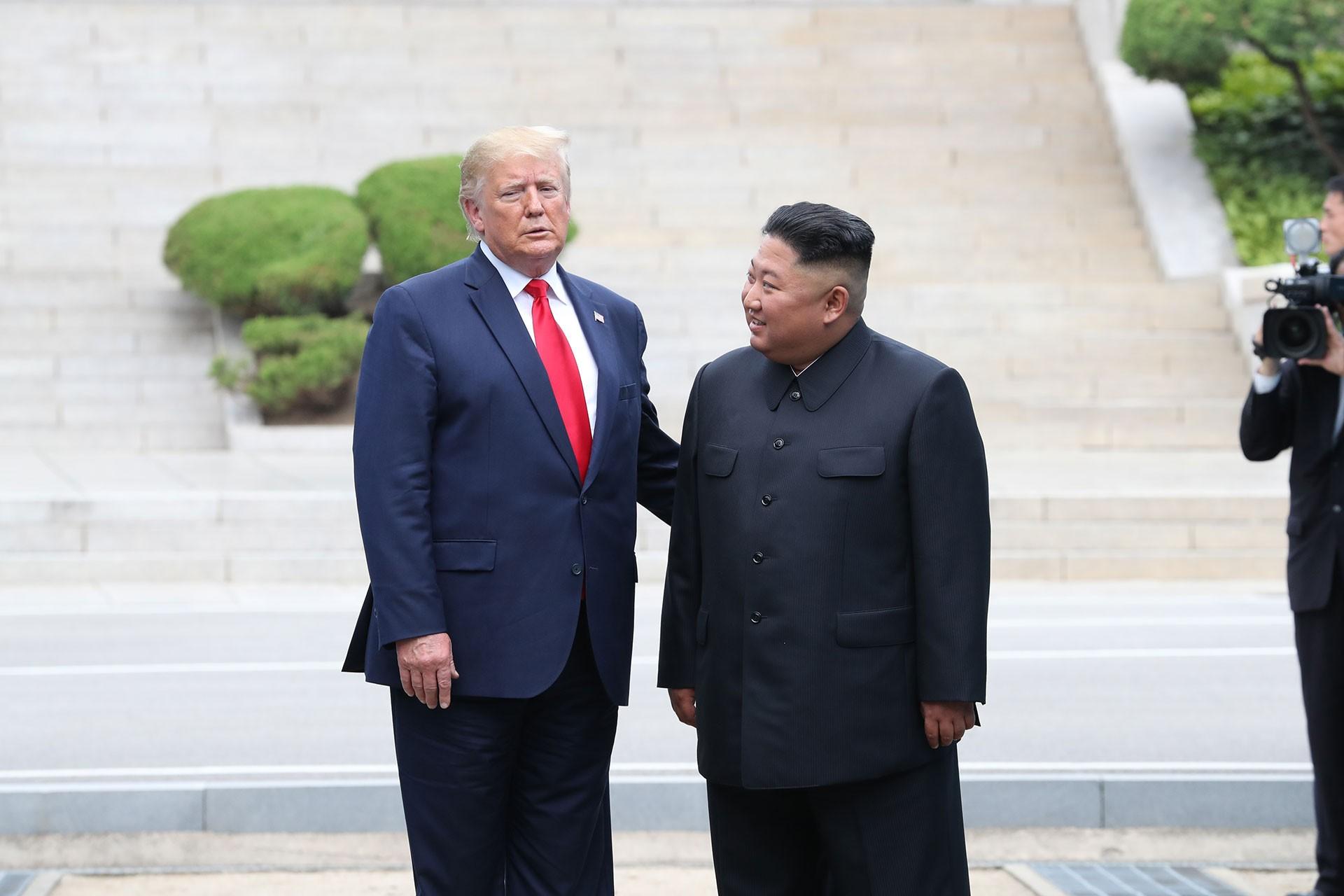Trump ile Kim Jong-un 'silahsızlandırılmış bölgede' görüştü