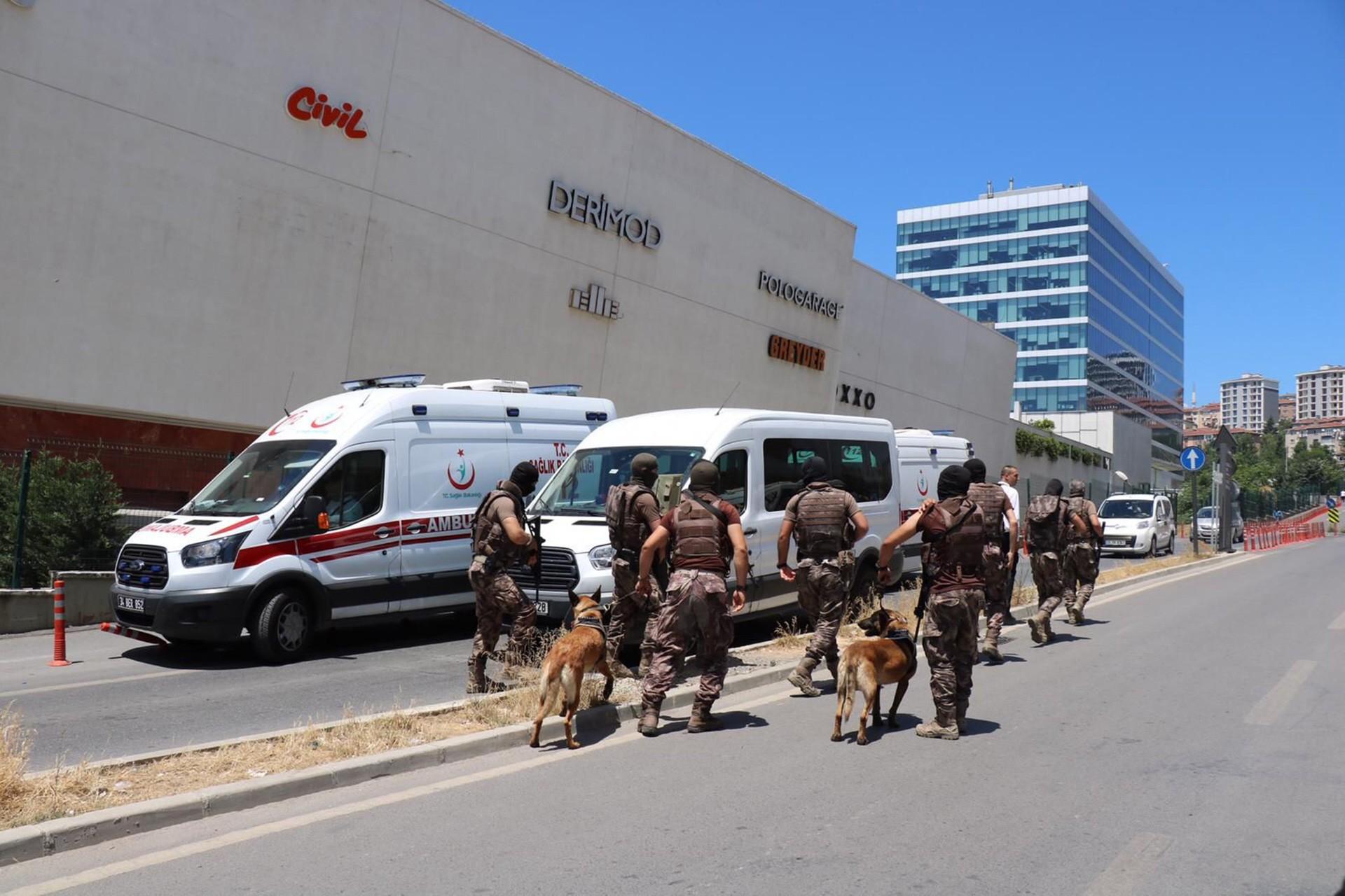 Maltepe'de bir AVM'de intihar girişiminde bulunan kişi ikna edildi