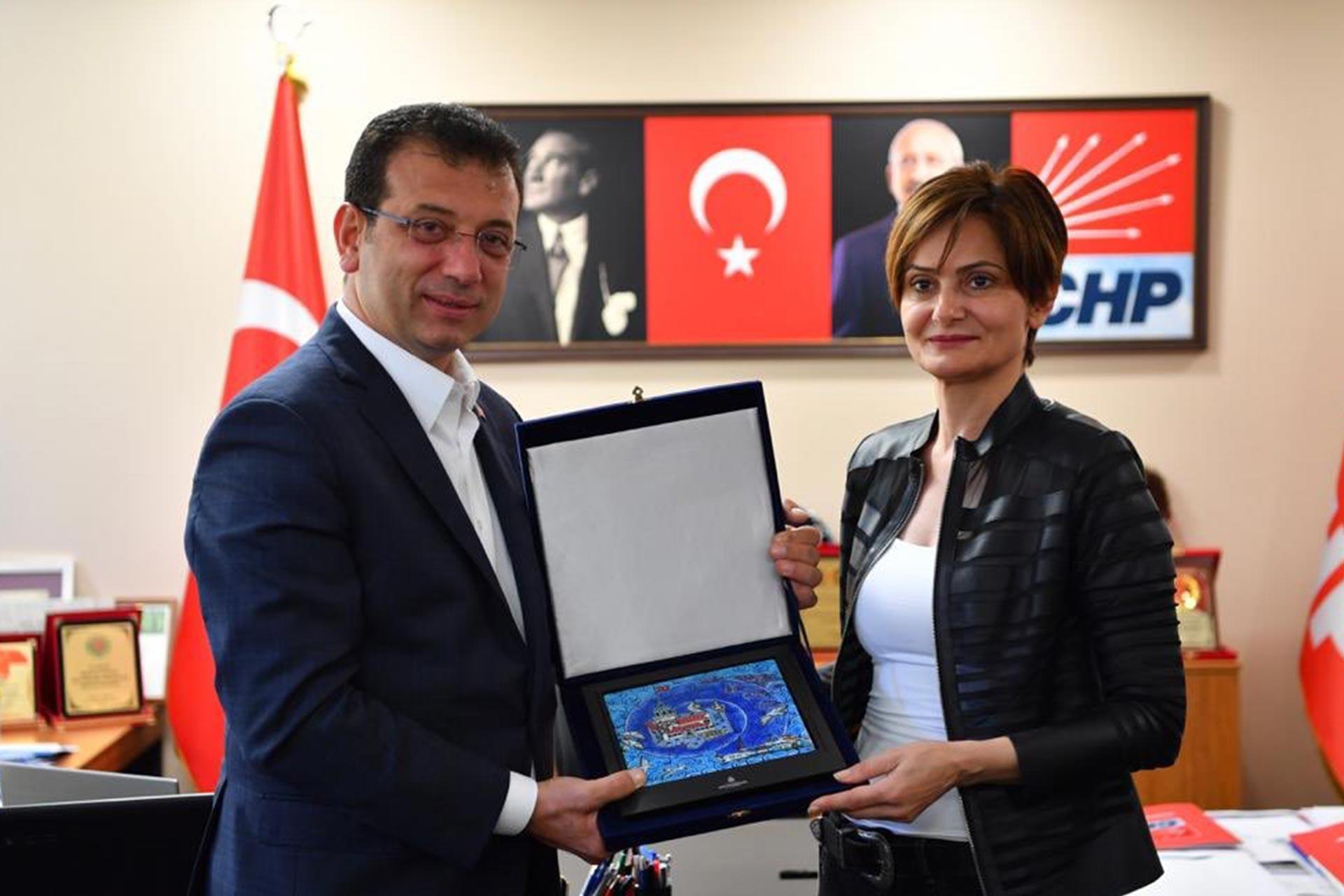 Canan Kaftancıoğlu, vatandaşlardan gelen kumbara ve zarfları Ekrem İmamoğlu'na verdi. İmamoğlu da Kaftancıoğlu'na Kız Kulesi'nin resmedildiği seramik tablo hediye etti.