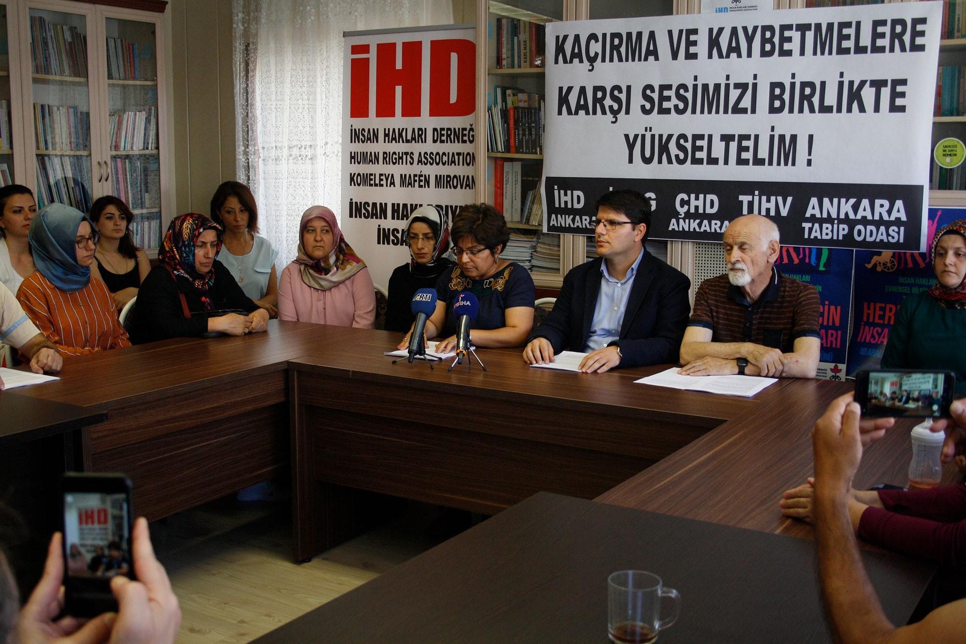 Gözaltındaki yakınlarından haber alamayan aileler yetkililerden yanıt bekliyor
