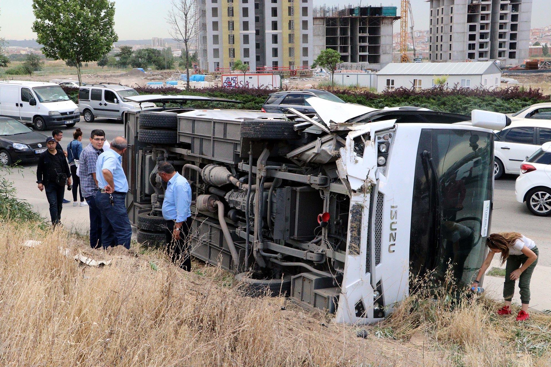 Ankara'da işçileri taşıyan servis aracı devrildi, 14 kişi yaralandı